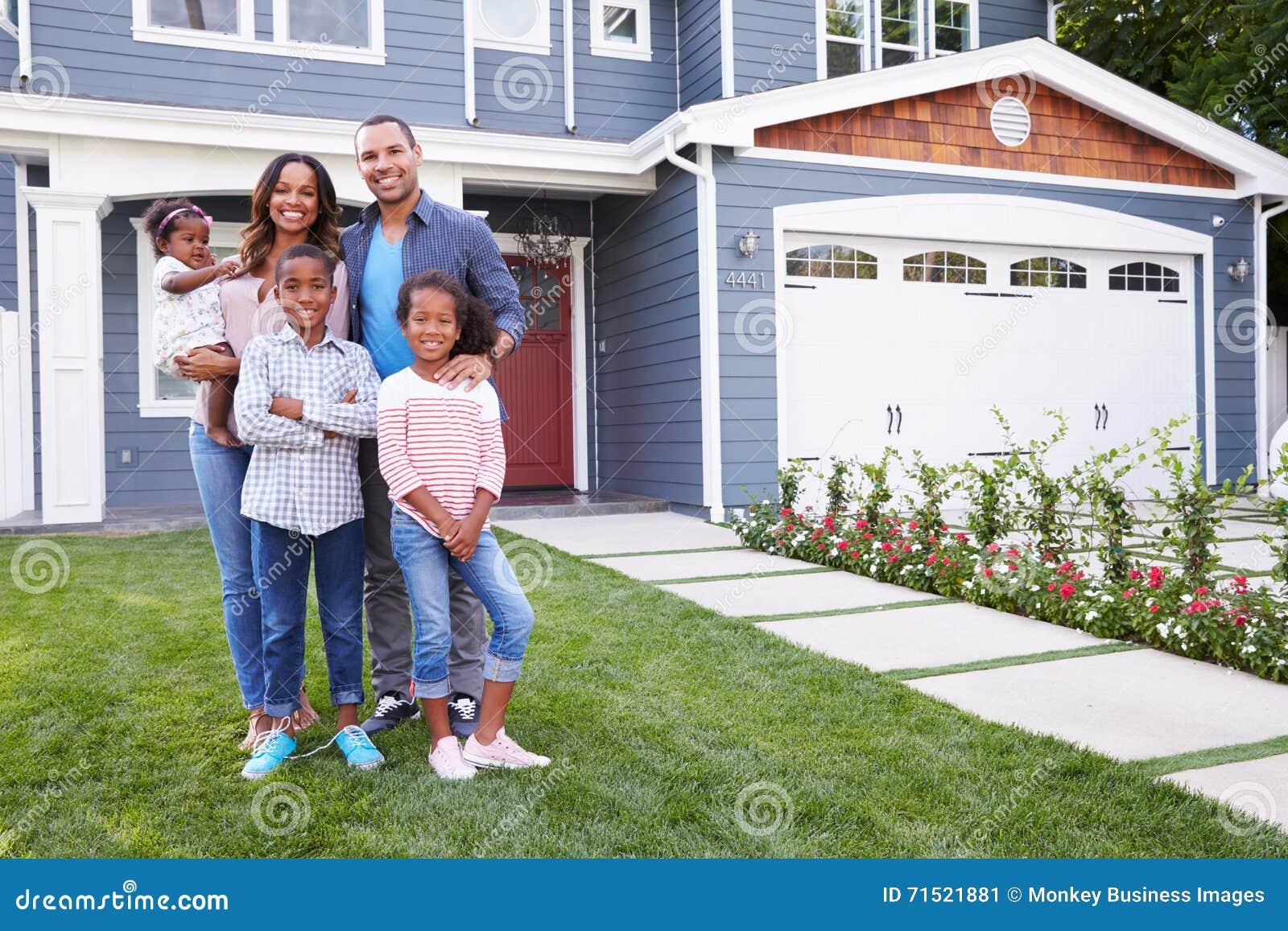 Lyckligt svart familjanseende utanför deras hus