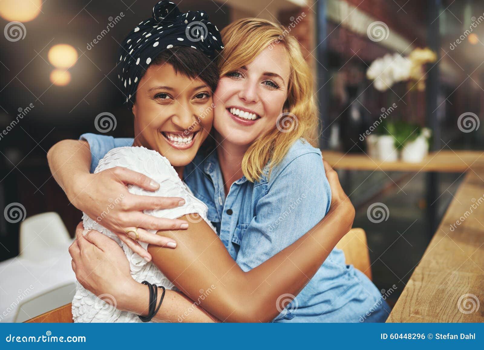 Lyckligt tillgivet krama för ung kvinna två
