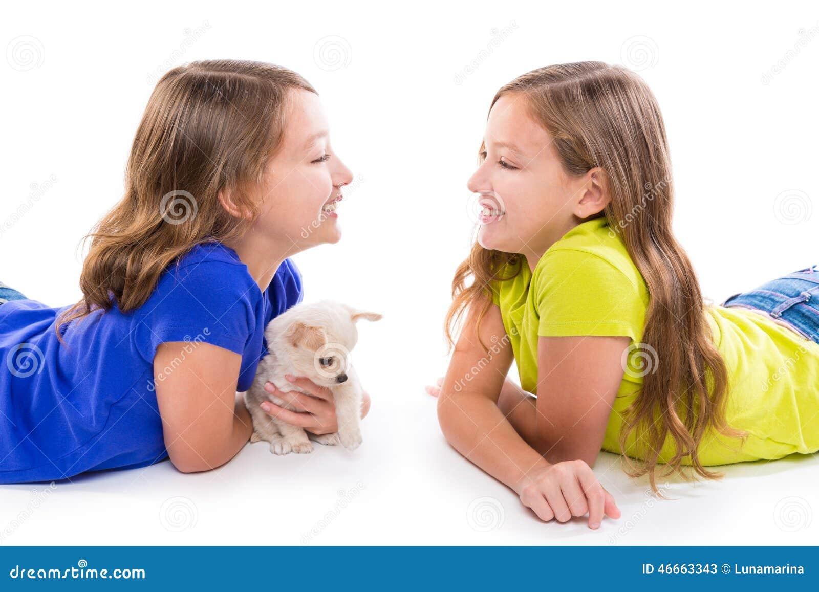 Lyckligt tvilling- ligga för systerungeflickor och för valphund