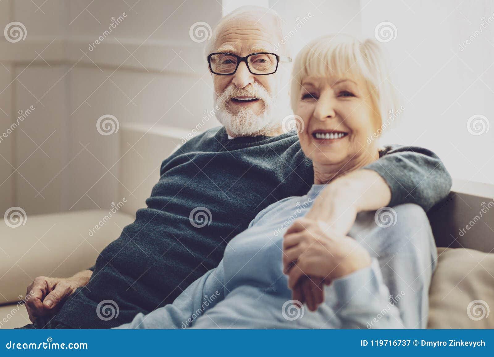 Lyckligt vila för gift par