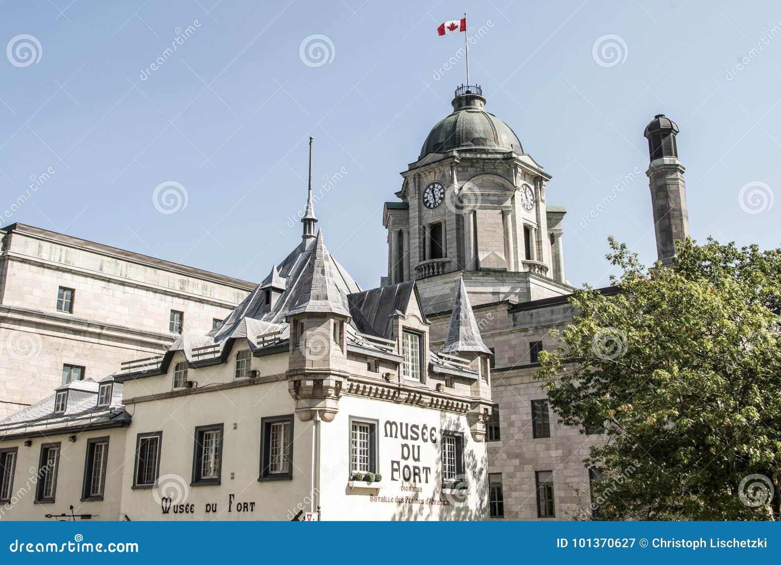 Lyftt kanadensisk flagga Kanada Museum Musee du Fort Gammal Quebec City för historiskt område