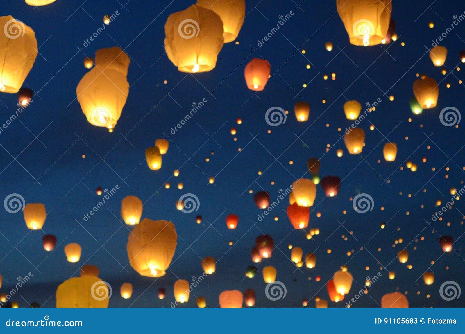 Lyktor ballongfluga till himmel