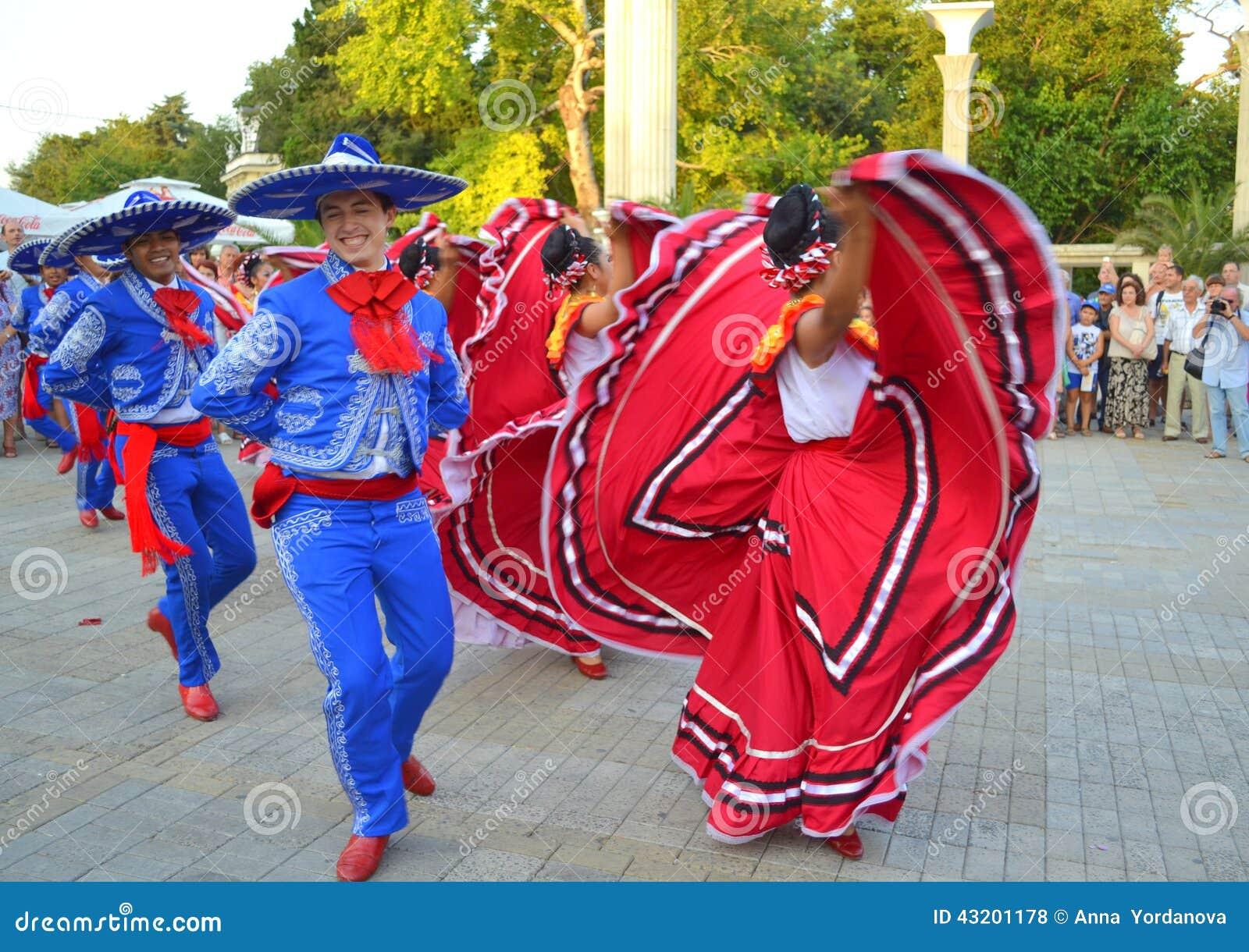Download Lynniga mexicanska dansare redaktionell arkivfoto. Bild av gyckel - 43201178