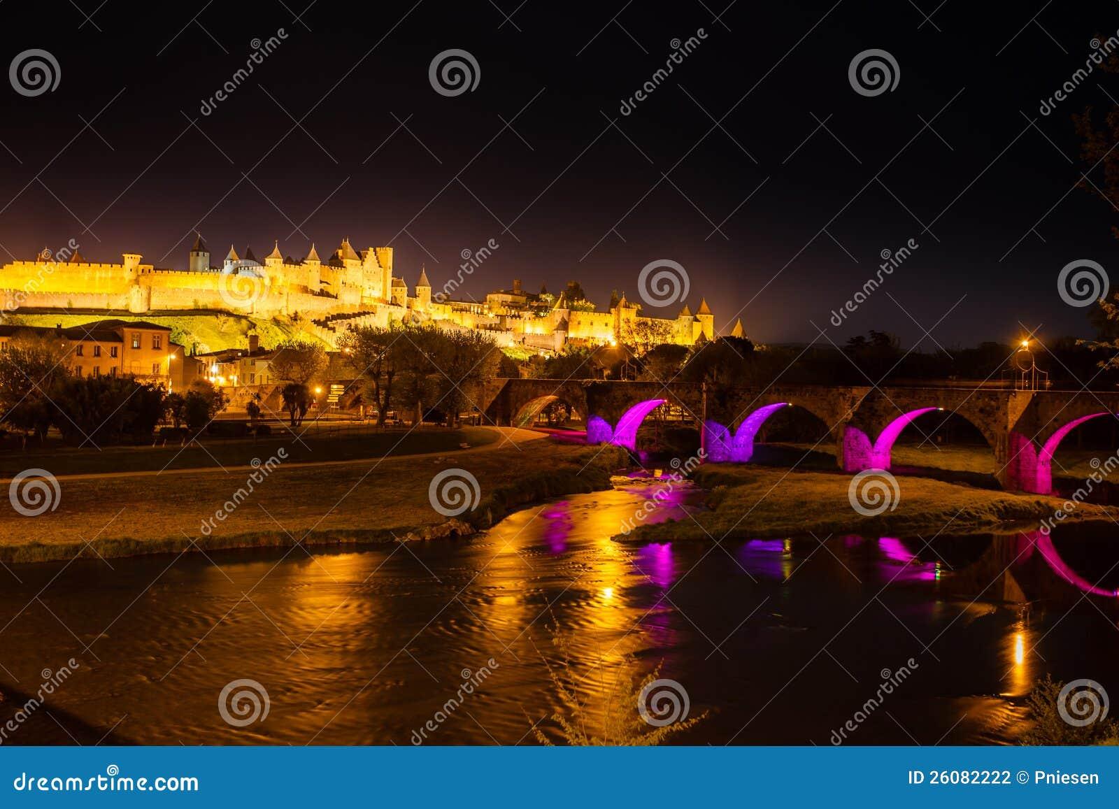 Lysande medeltida ramparts och bro Carcassonne