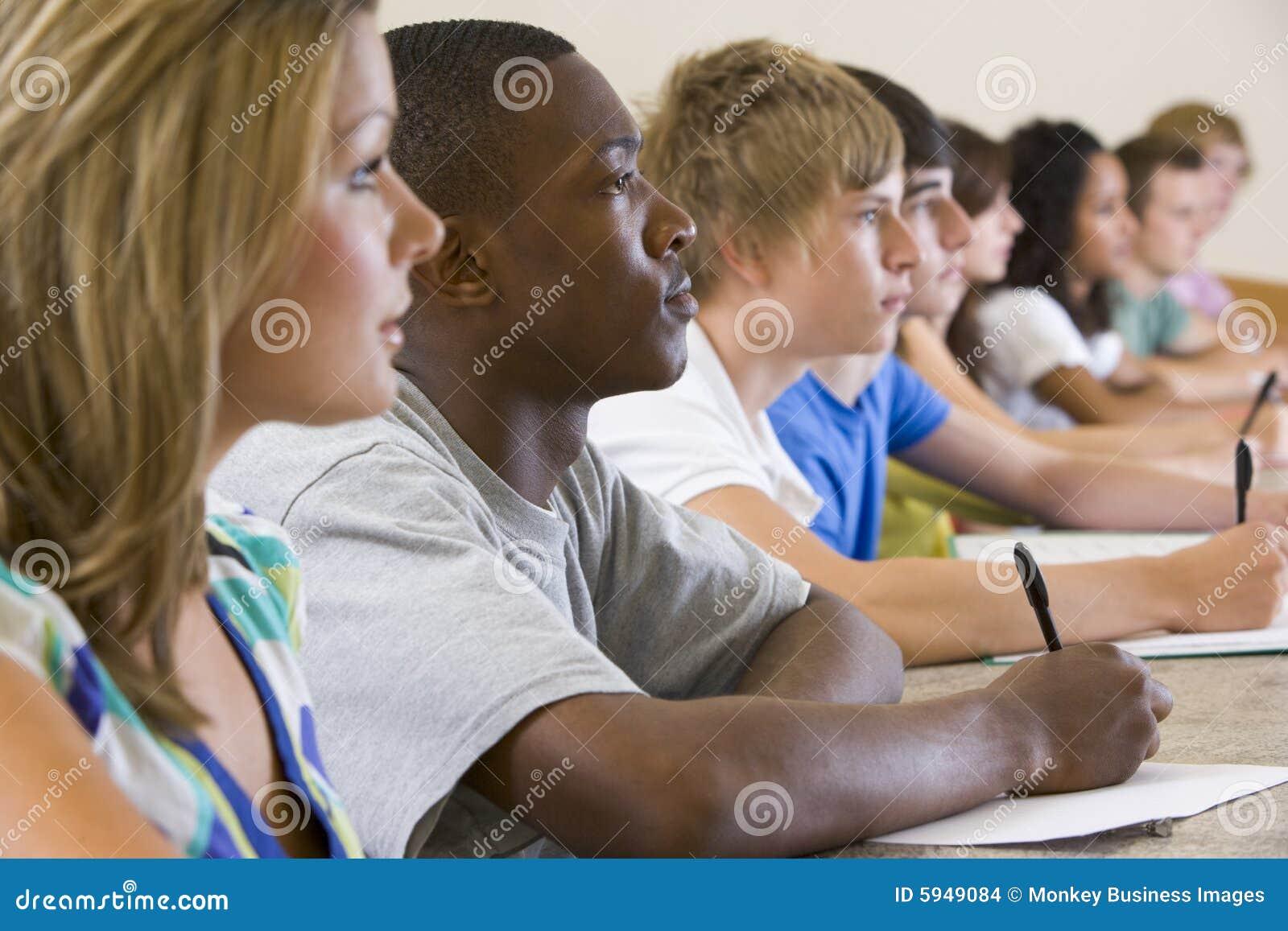 Lyssnande deltagare för högskolaföreläsning till universitetar