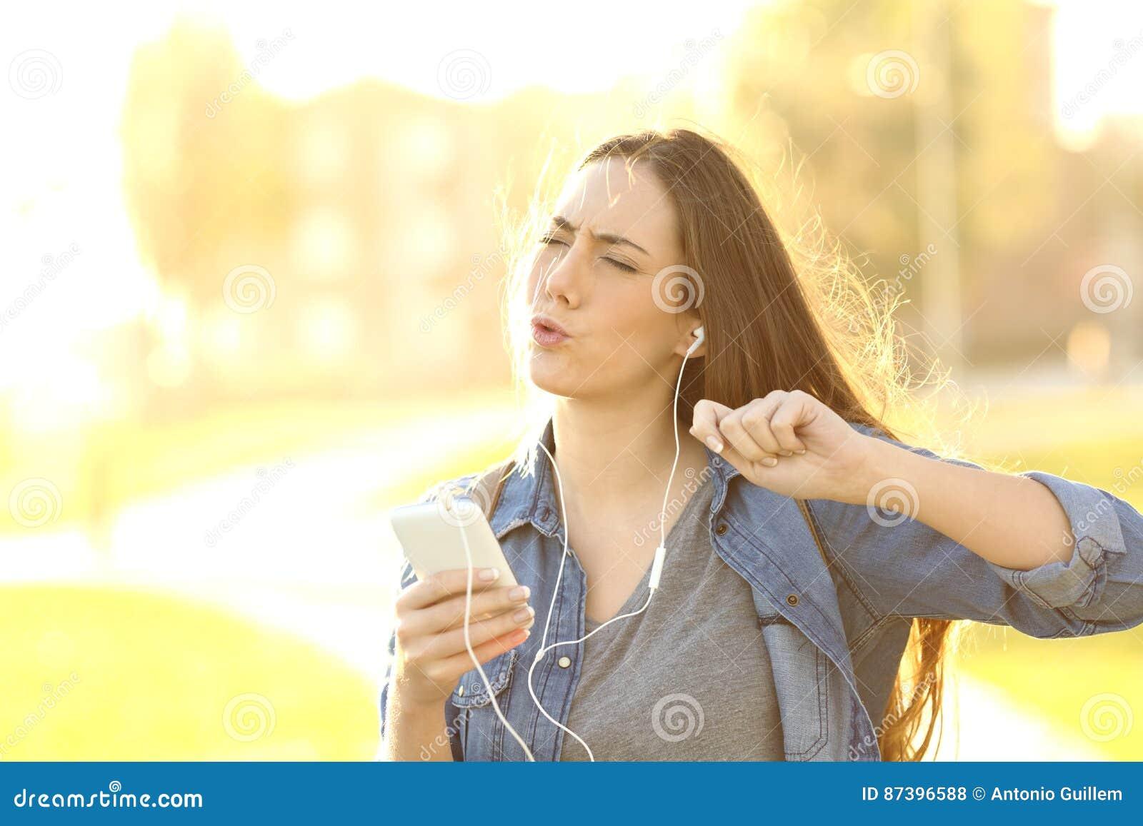 Lyssnande Musik För Glad Kvinna Från En Smart Telefon Arkivfoto ... ec60611982a7d