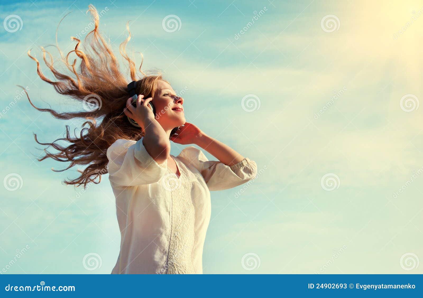 Lyssnande musik för härlig flickahörlurar till