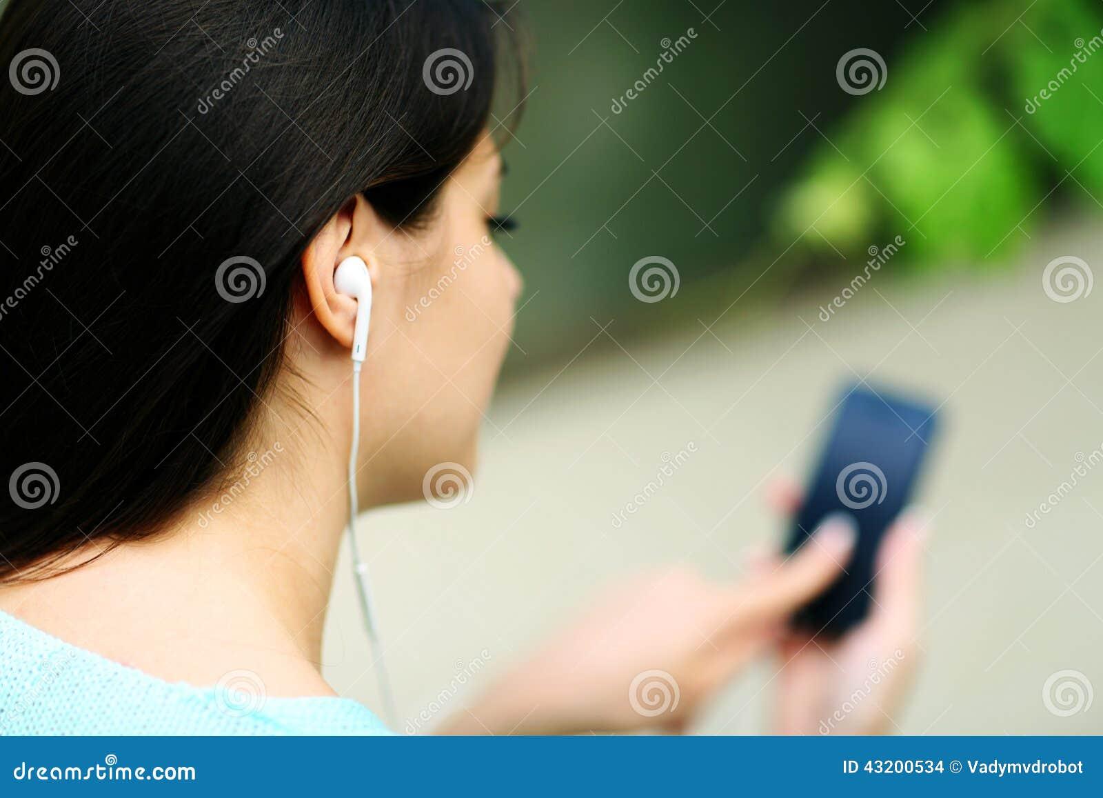 Download Lyssnande Musik För Hörlurar Till Kvinnan Arkivfoto - Bild av enjoy, fritid: 43200534