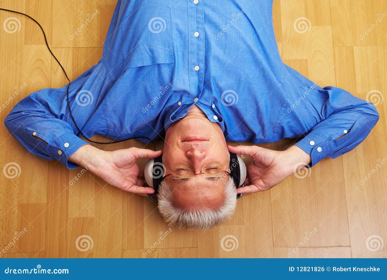 Lyssnande musikpensionär för medborgare till