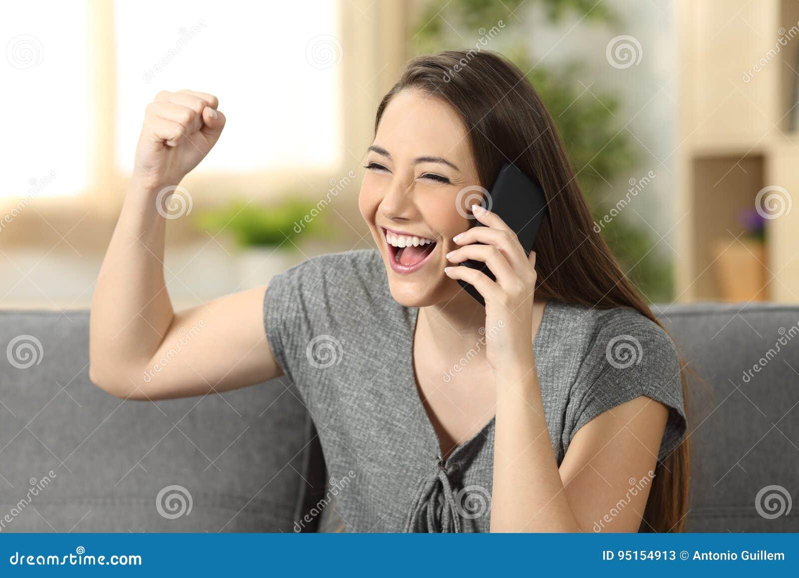 Lyssnande nyheterna för upphetsad kvinna på telefonen