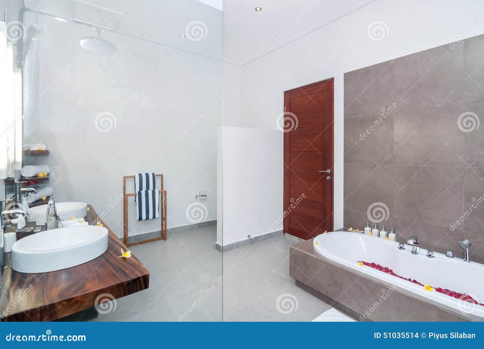 Lyx och rent badrum arkivfoto   bild: 51036738