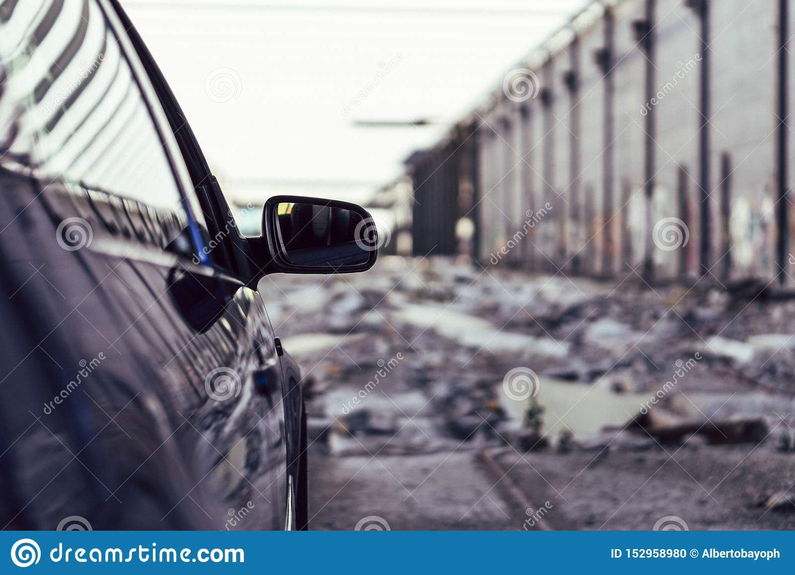 Lyxig bil i en stads- bakgrund