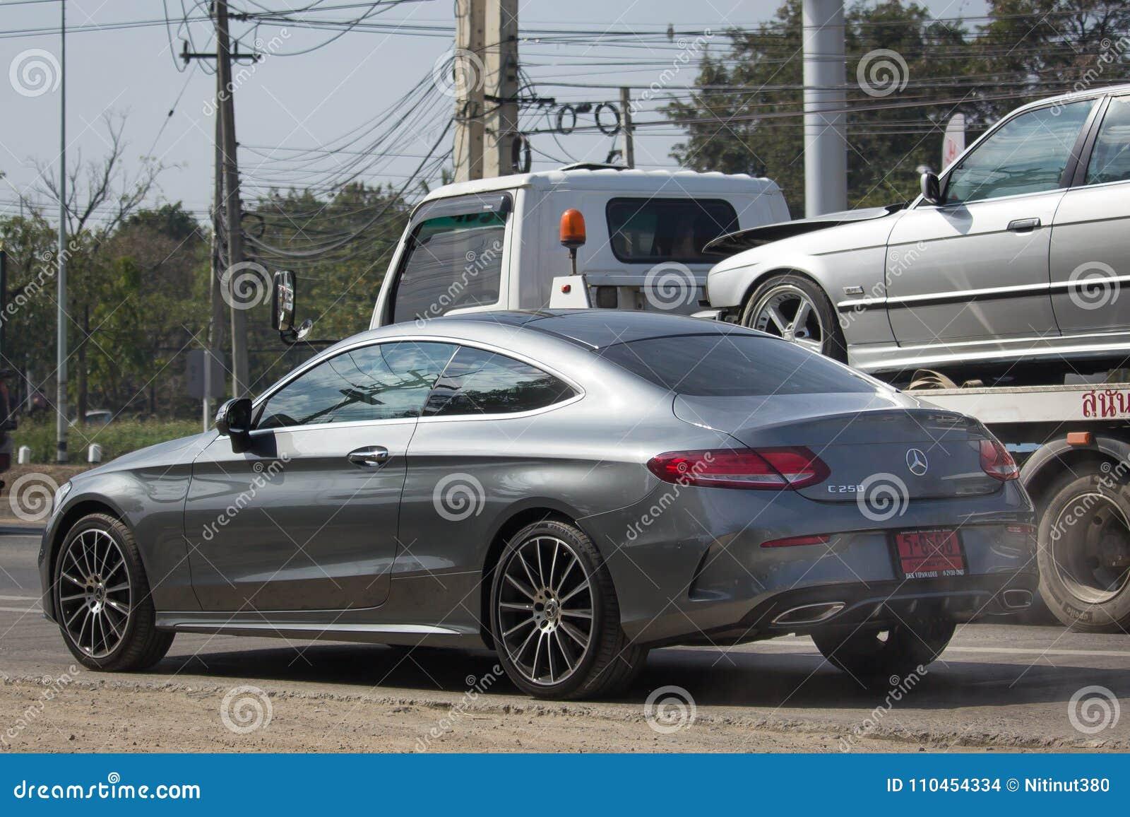 Lyxig bil vita Mercedes Benz C250