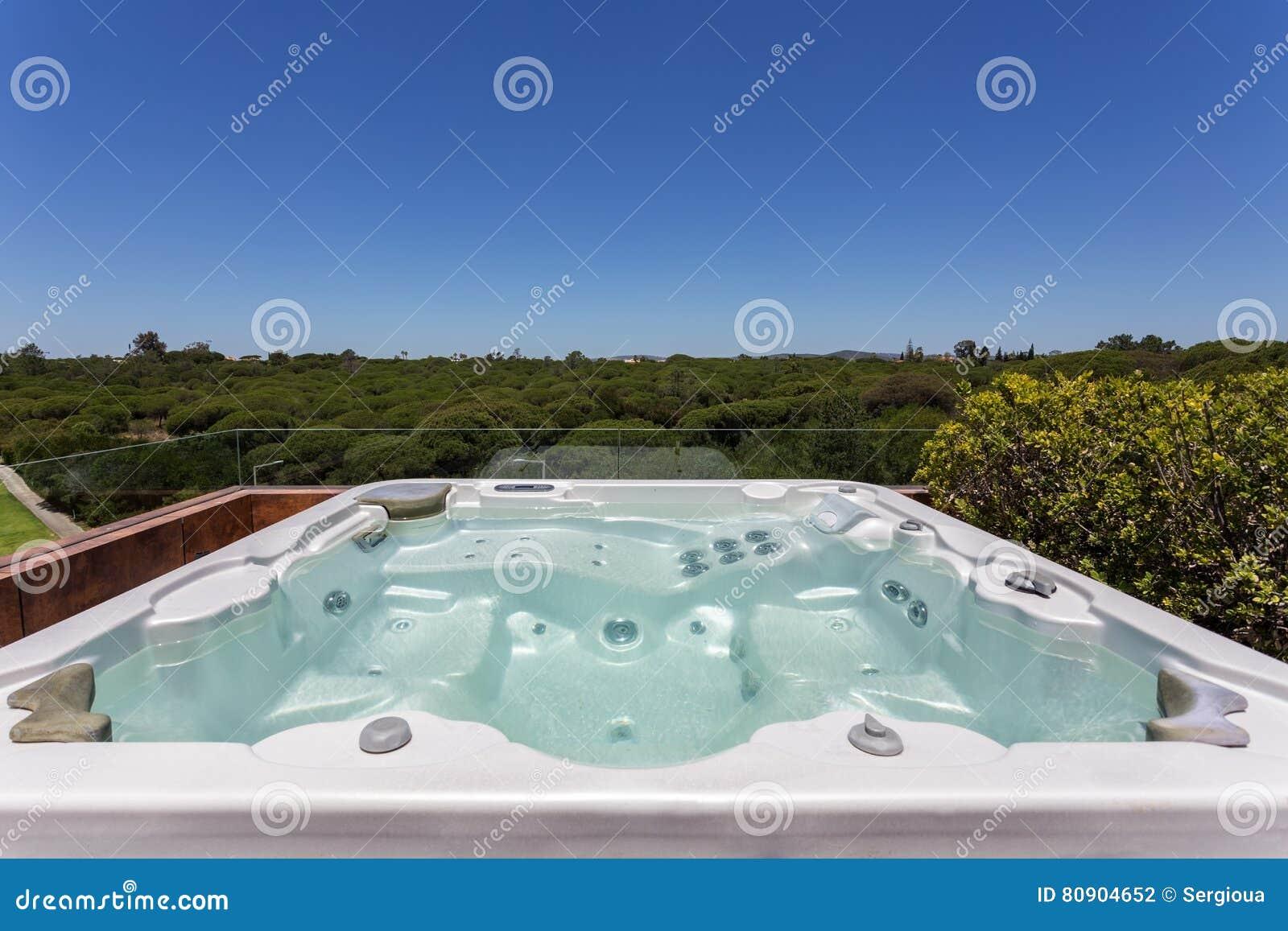 Lyxig Bubbelpool Som är Utomhus- På Taket Arkivfoto - Bild: 80904652