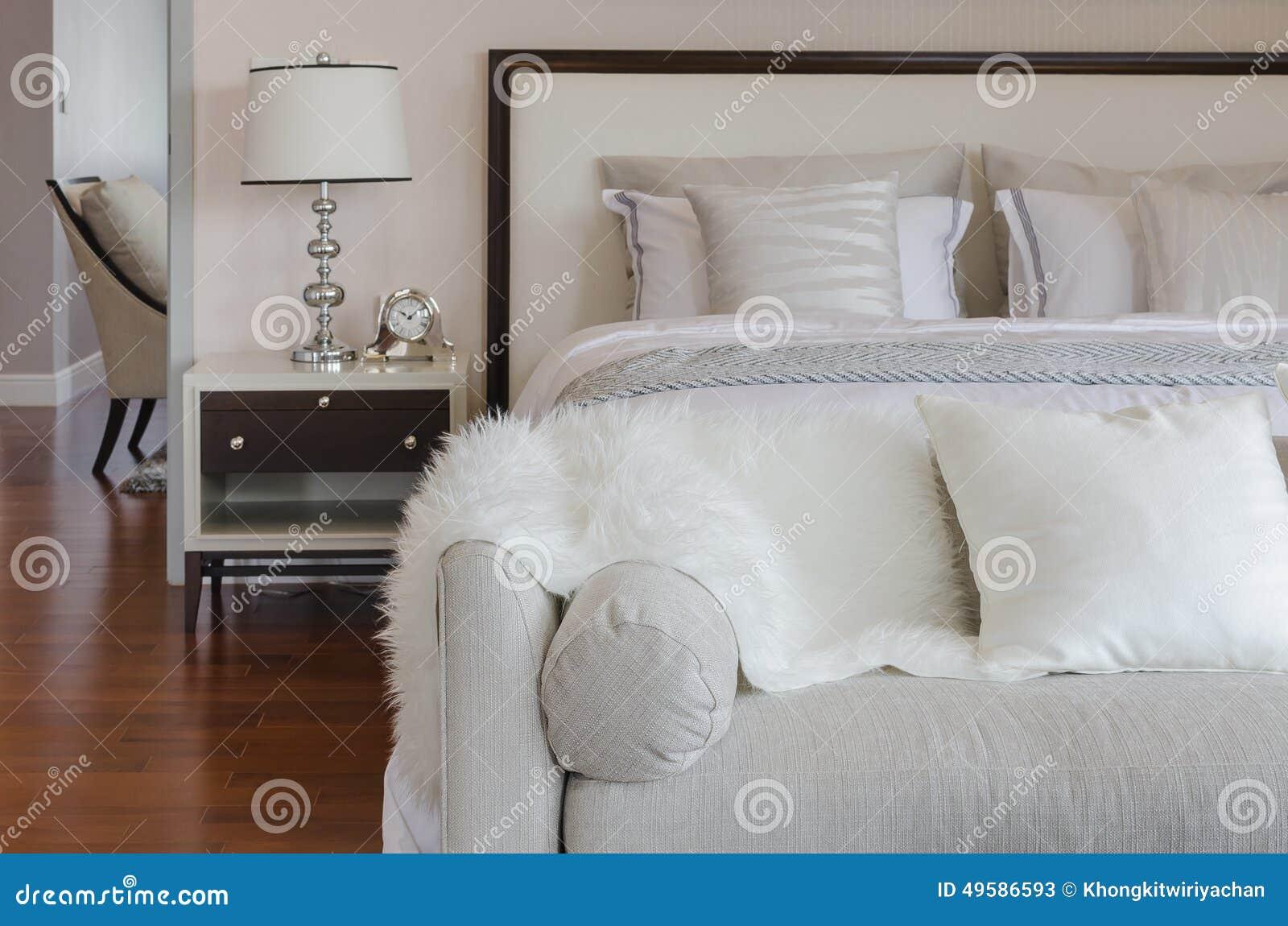 Lyxig sovruminre med den gråa dekoren stock illustrationer   bild ...