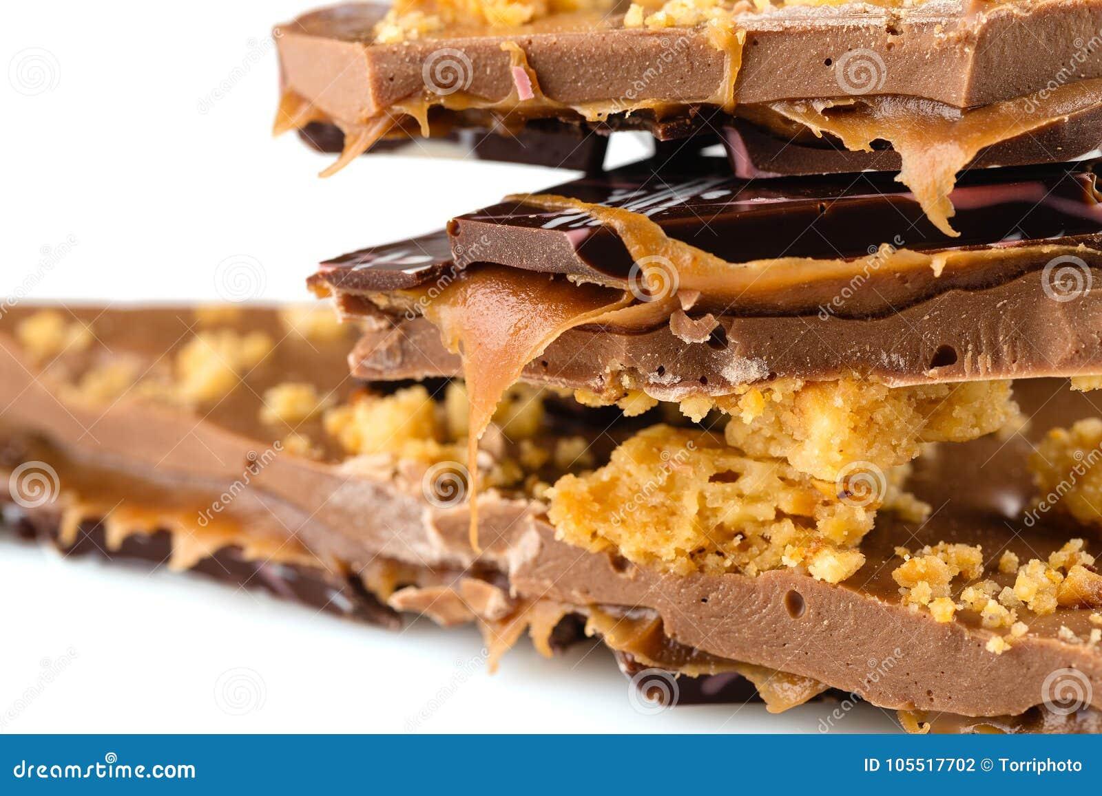 Lyxig handgjord chokladstång med ljusbrun smula- och karamellfil