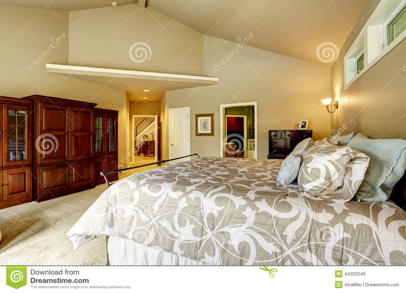 Lyxig husinre sovrum med högt välvt tak a arkivfoto   bild: 44325049