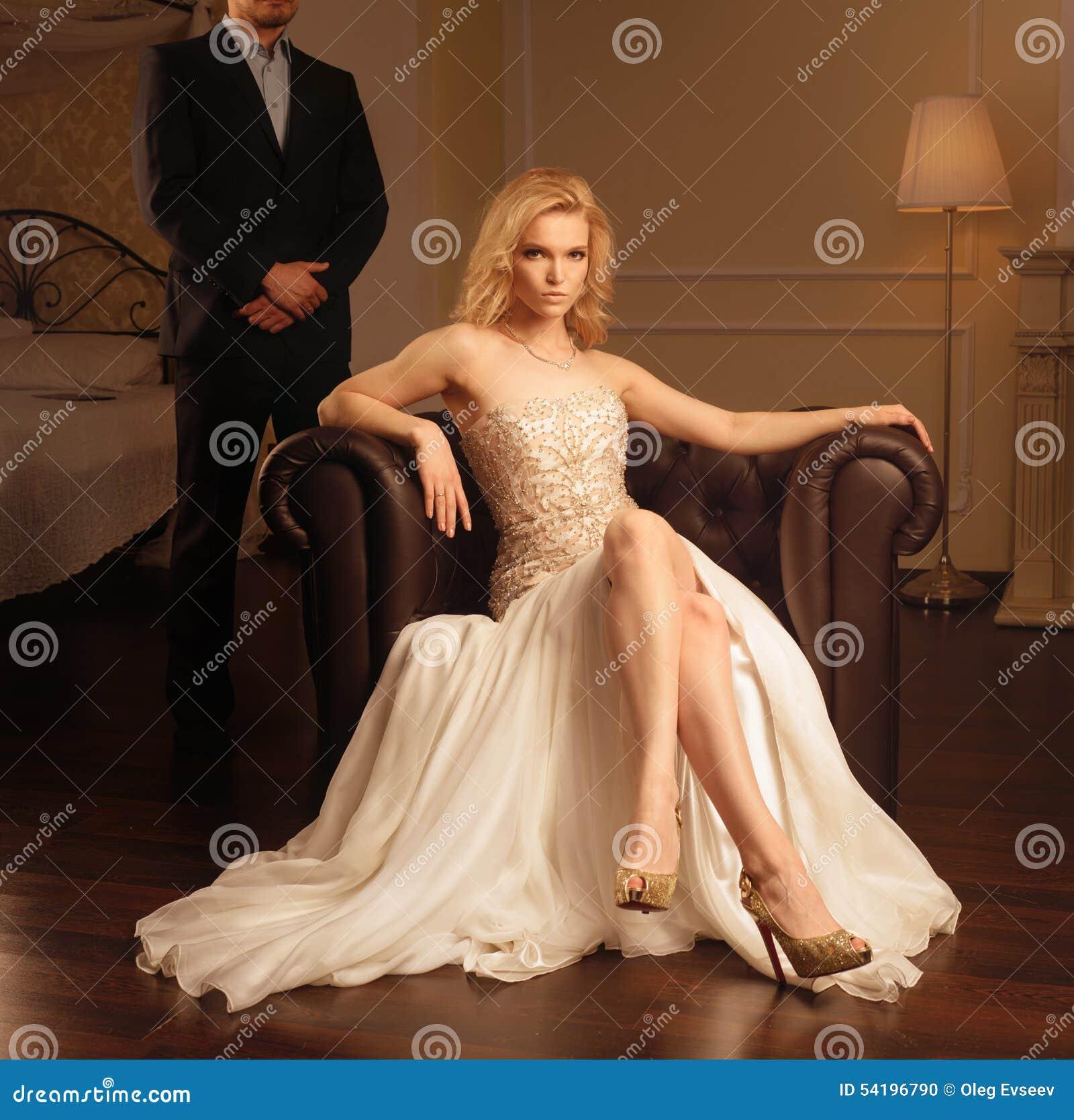Lyxig kvinna i rik inre