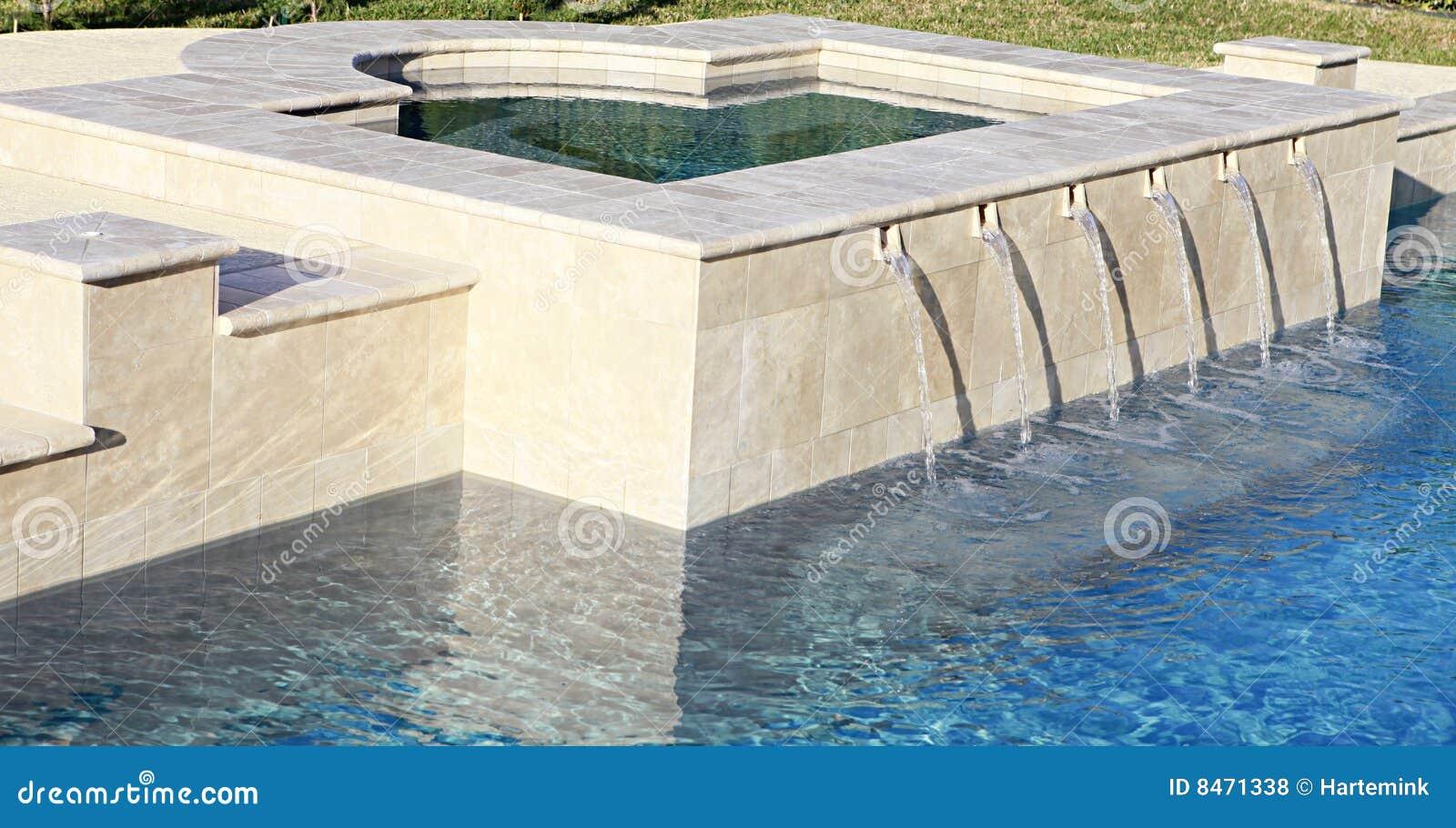 Lyxig pölbrunnsort som spiller simningvatten
