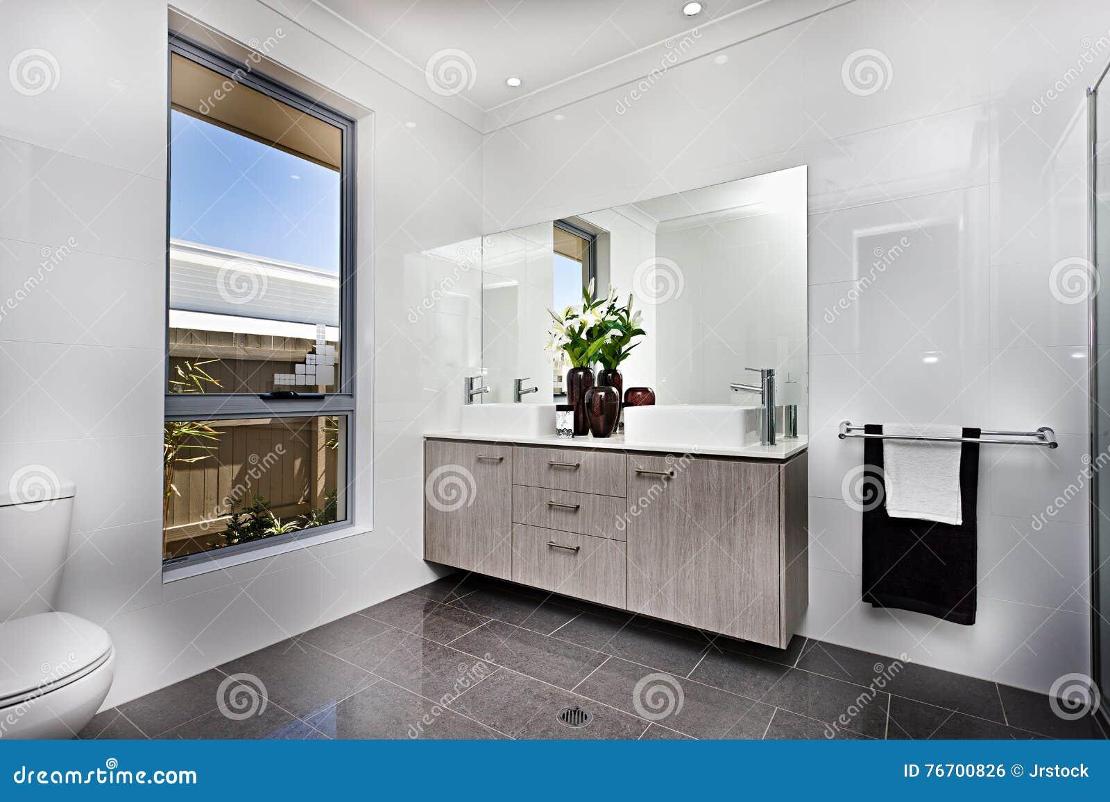 Lyxig toalett med ett fönster bredvid en bunke