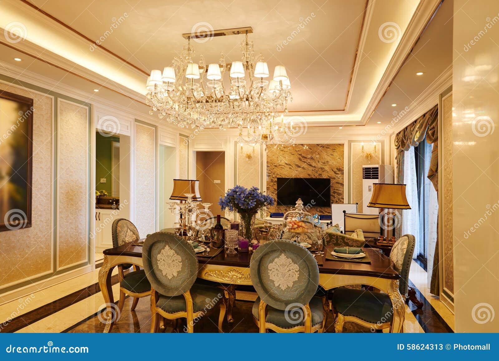 Lyxig vardagsrum med crystal belysning arkivfoto   bild: 58624313