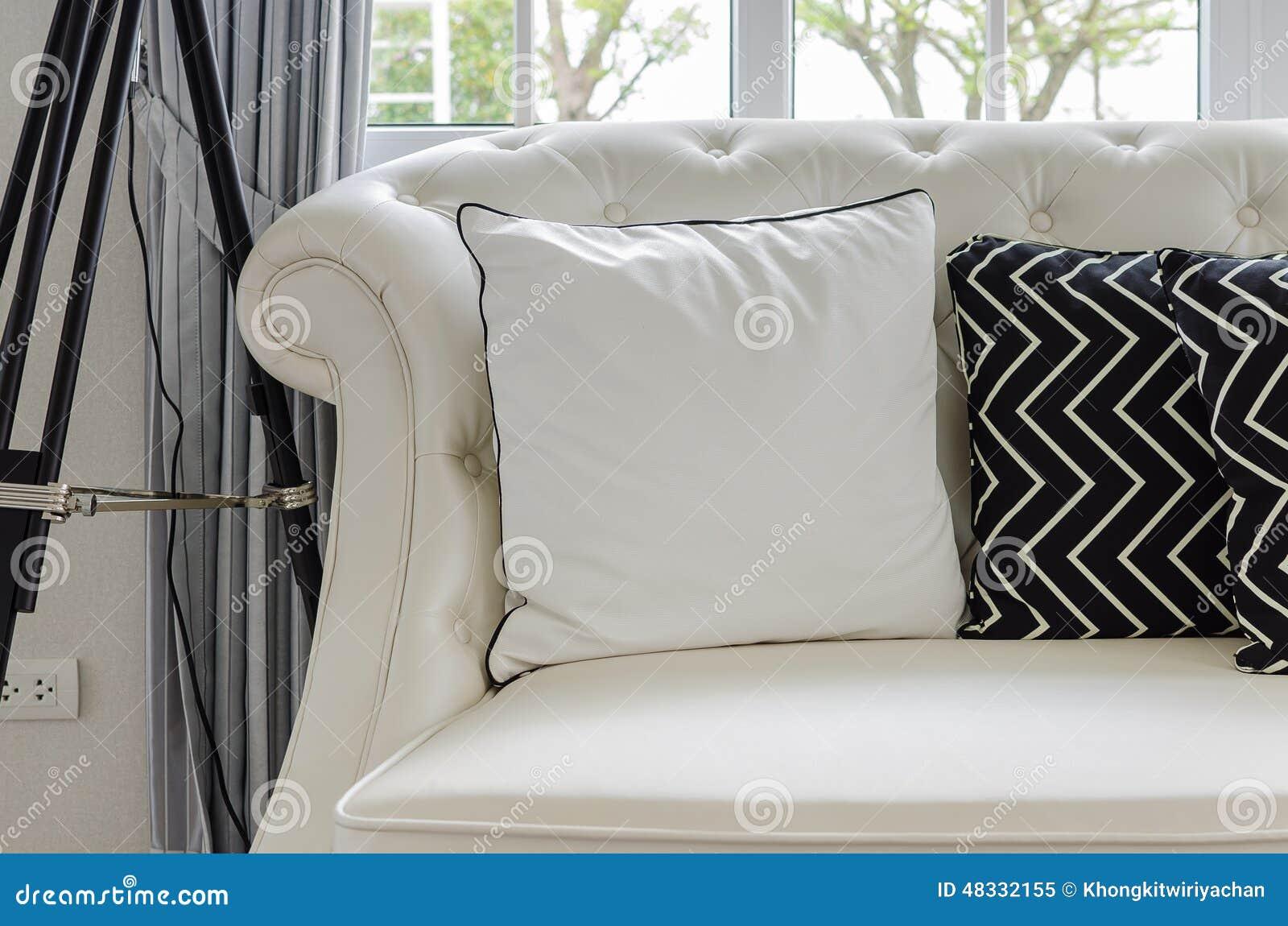 Lyxig vit soffa i vardagsrum med vita kuddar arkivfoto   bild ...