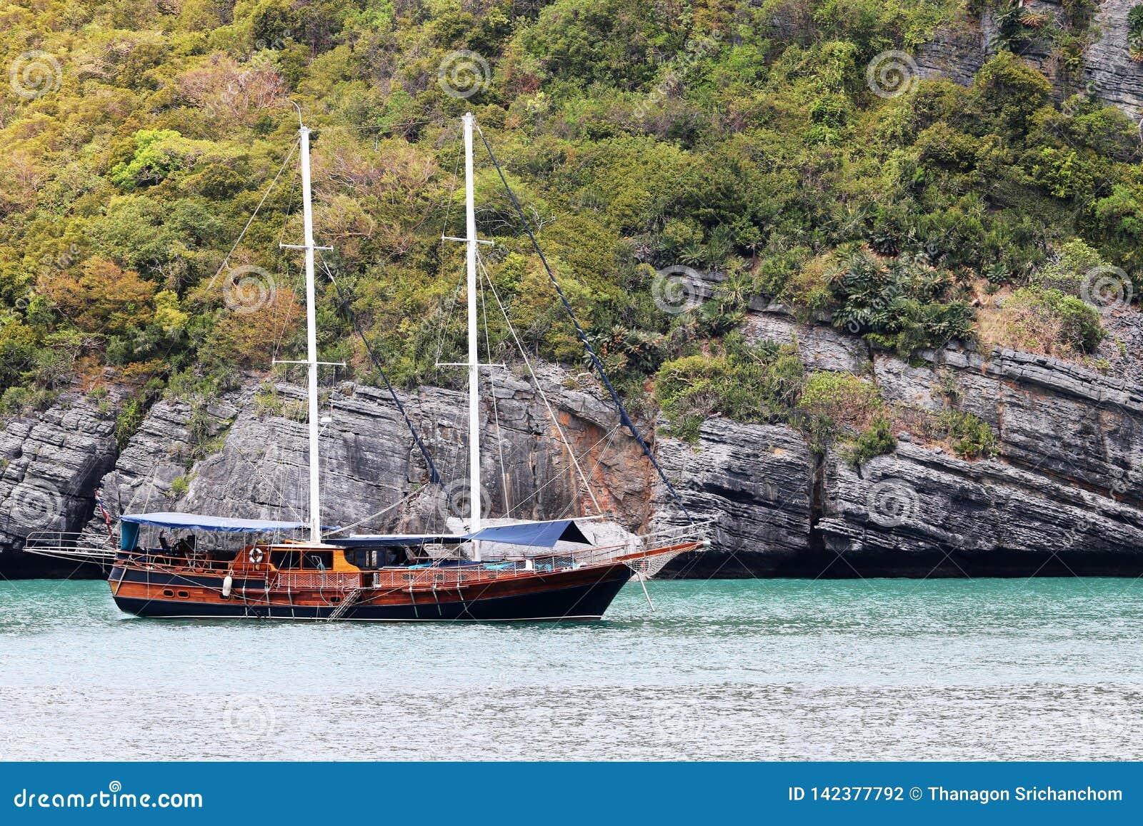 Lyxig yachtsegling i den tropiska ön, den vita sandstranden och havet på Samui