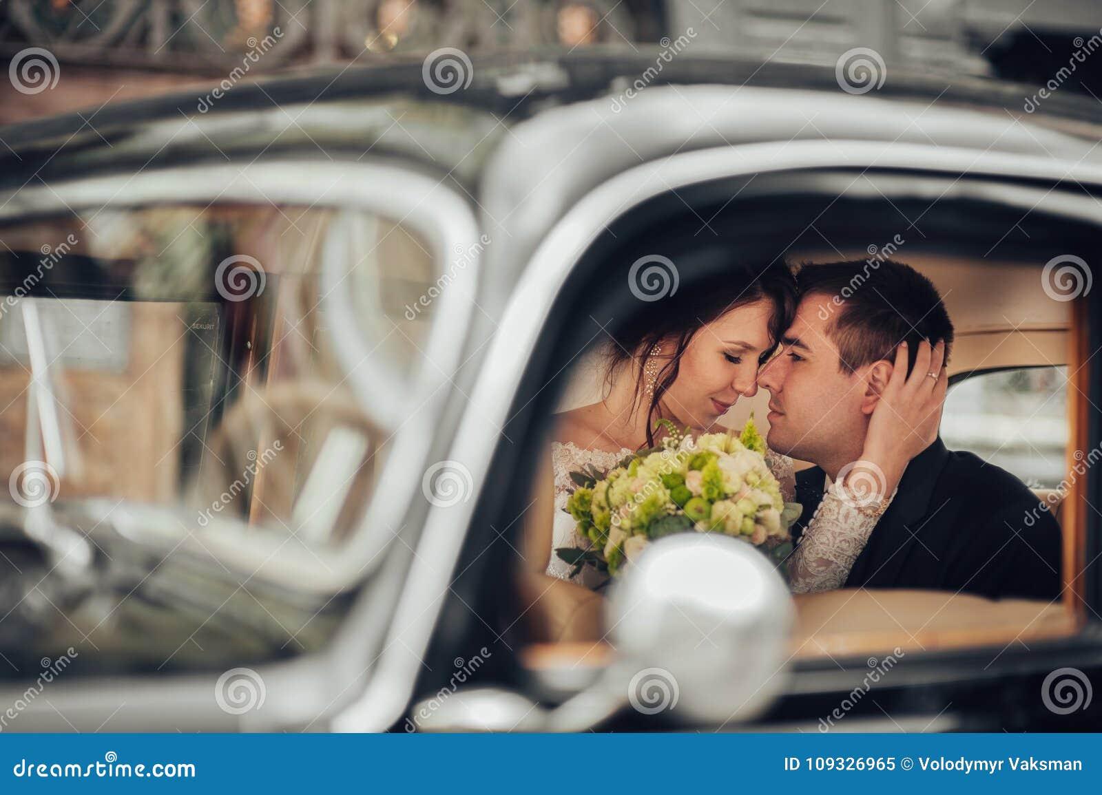 Lyxiga eleganta brölloppar som kysser och omfamnar i stilfullt b