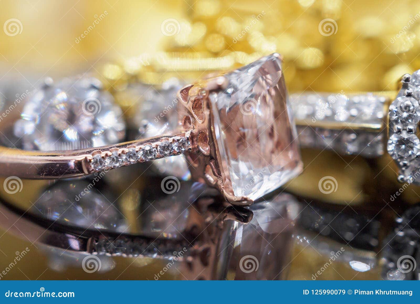 Lyxiga guld- smyckendiamant- och rosa färgtopascirklar