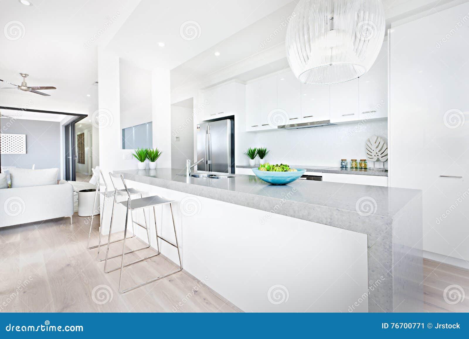 Lyxiga köksstolar och hängande ljus med vita väggar