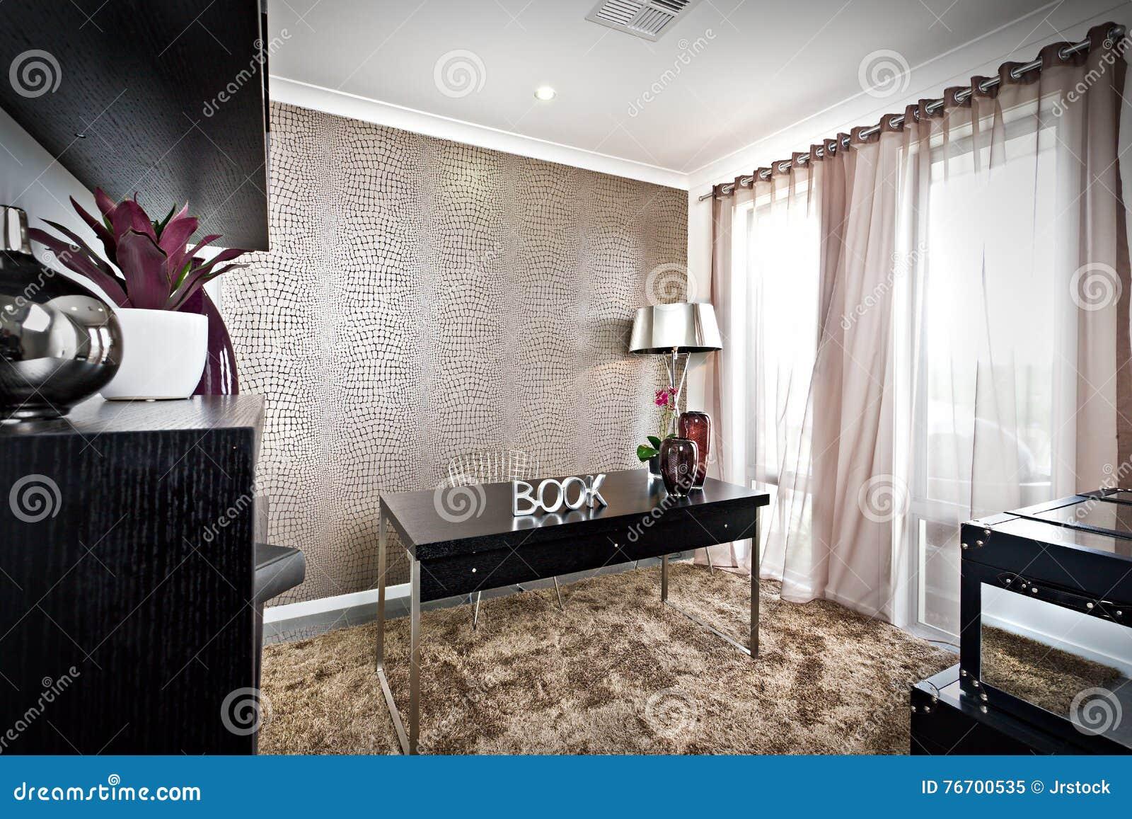 Lyxigt arbetsrum med svart möblemang och päls mattar