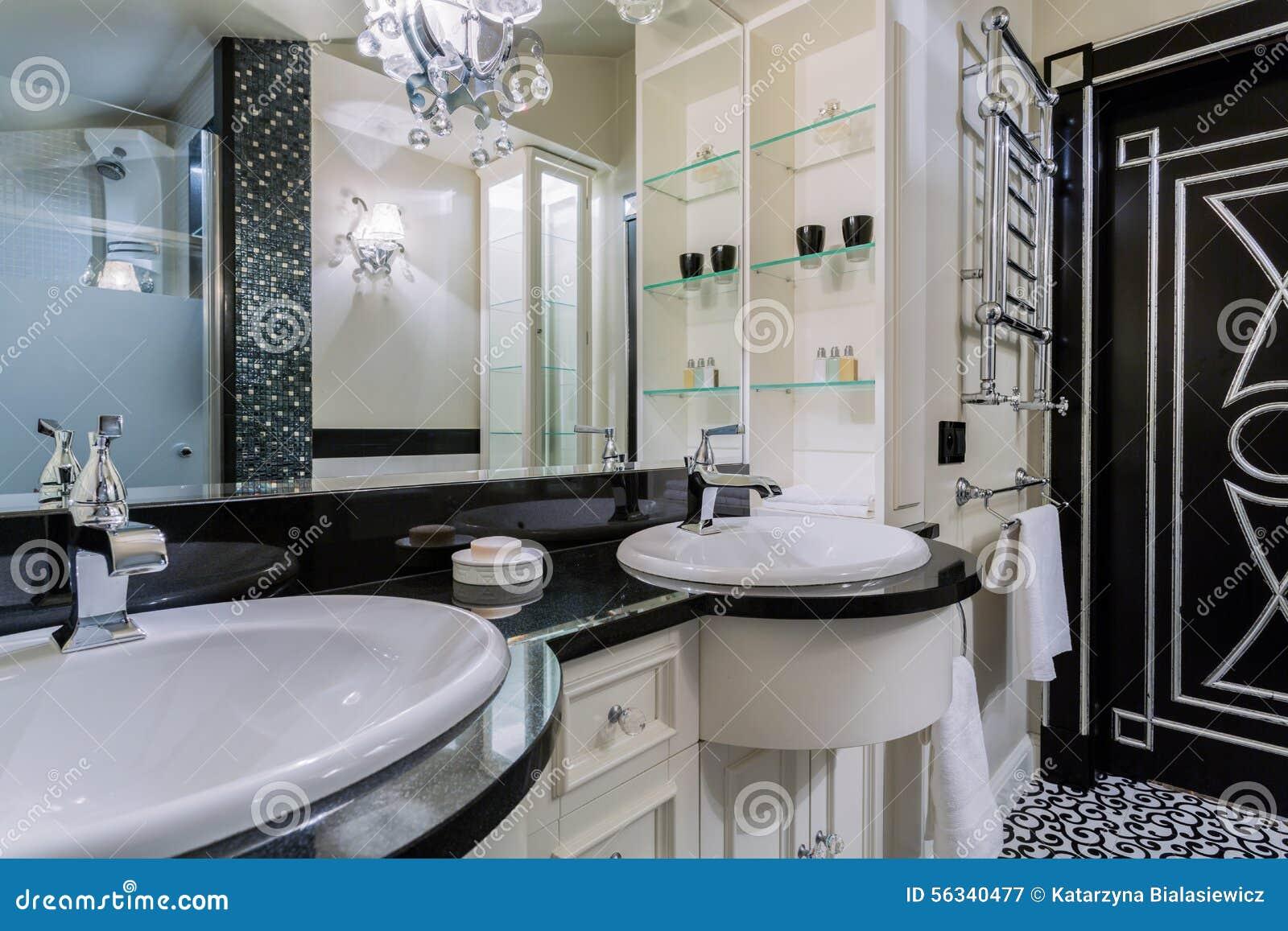 Lyxigt badrum i barock stil arkivfoto   bild: 56340477