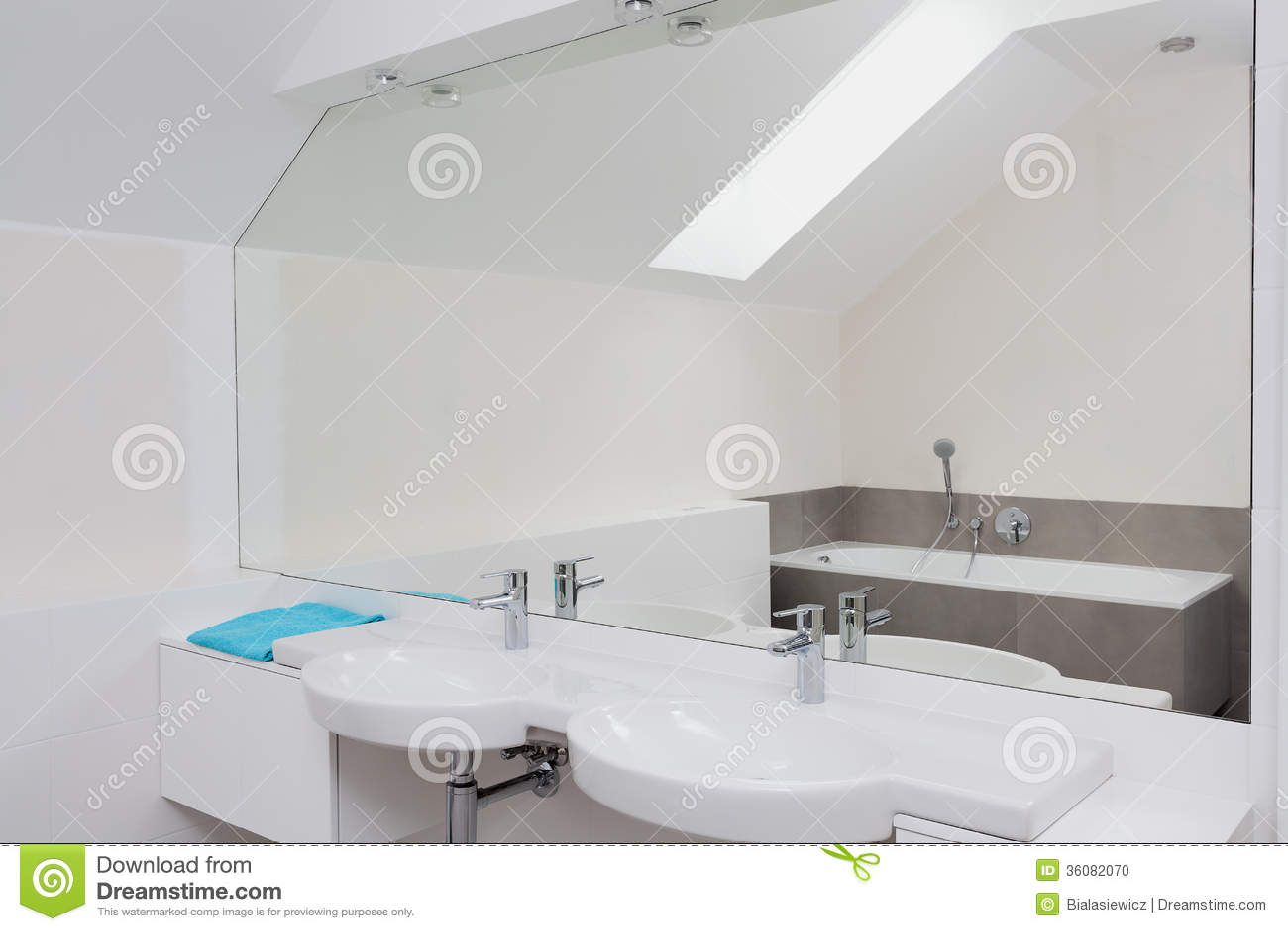 Lyxigt badrum med den enorma spegeln