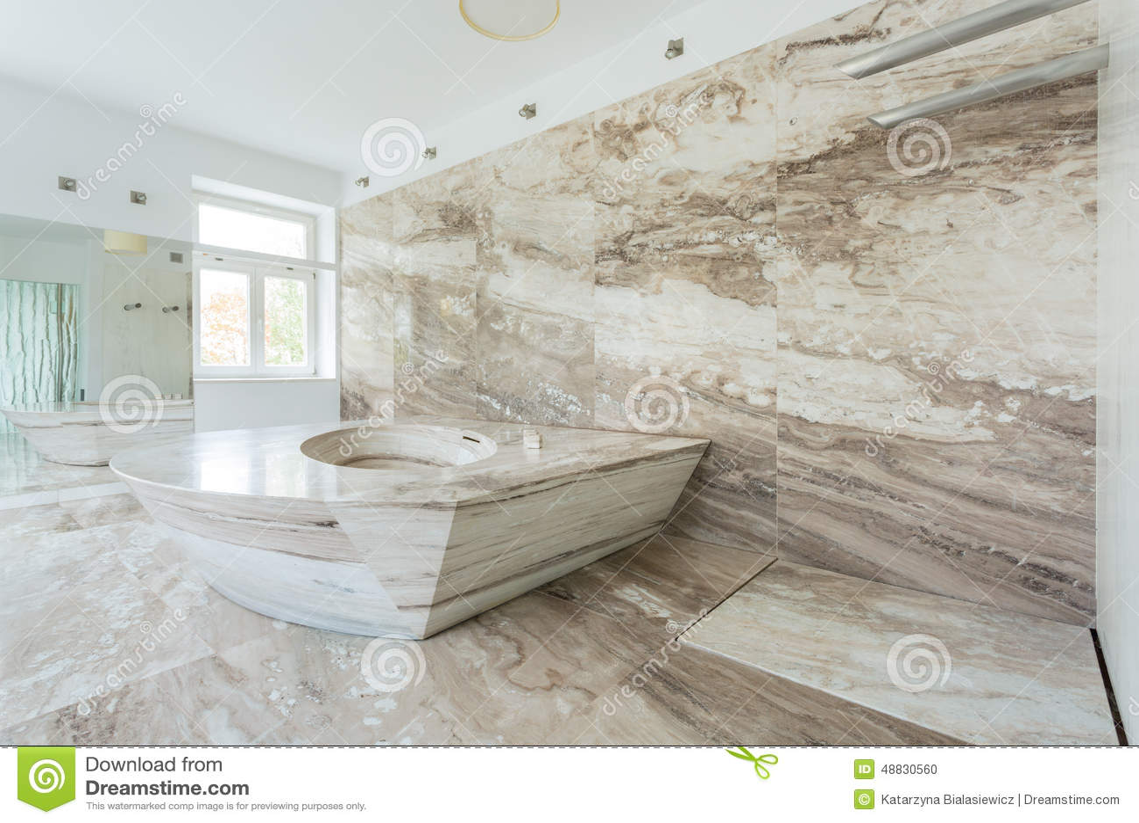 Lyxigt badrum med marmortegelplattor