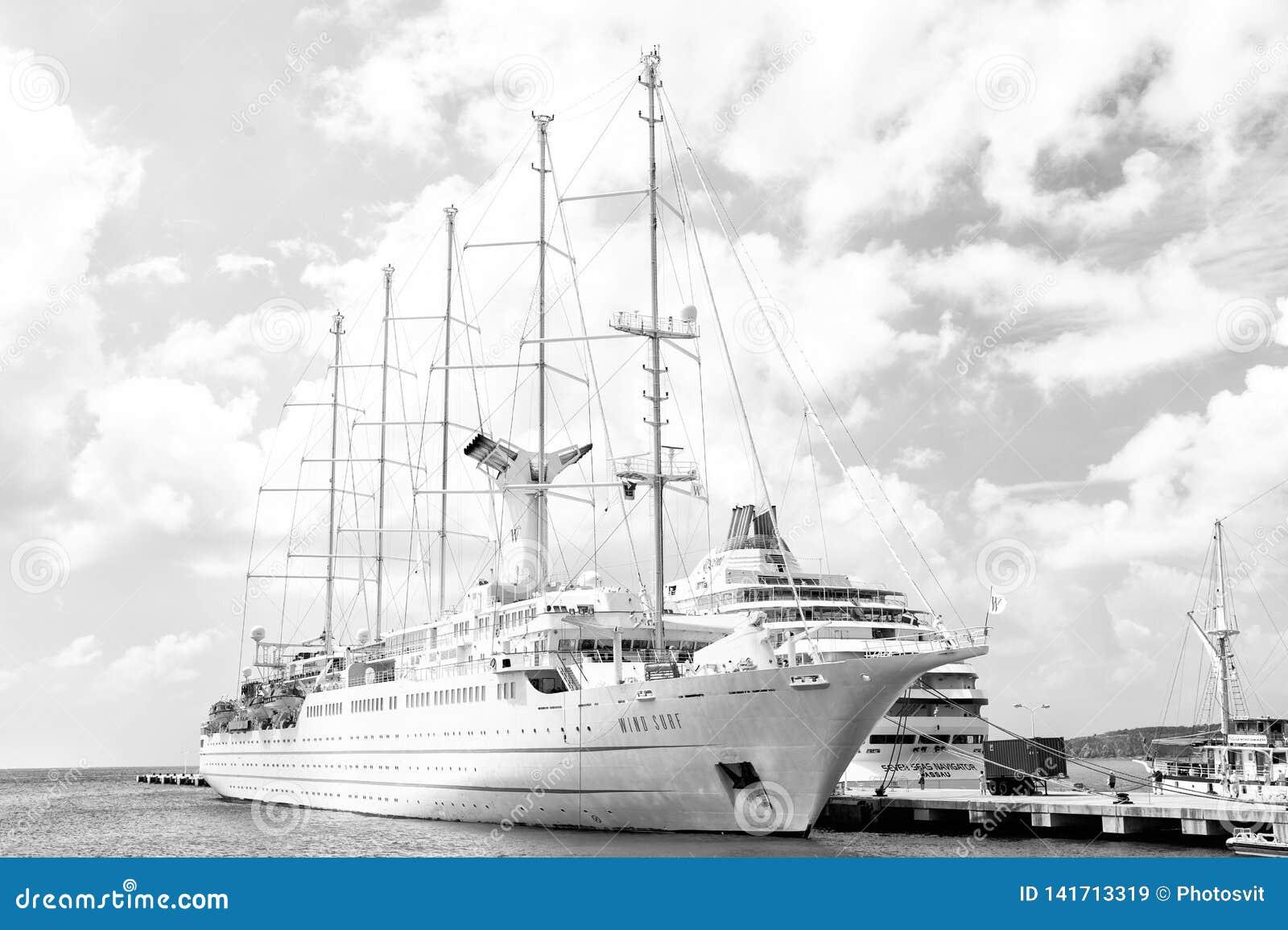Lyxigt fartyg eller skepp på hamnen