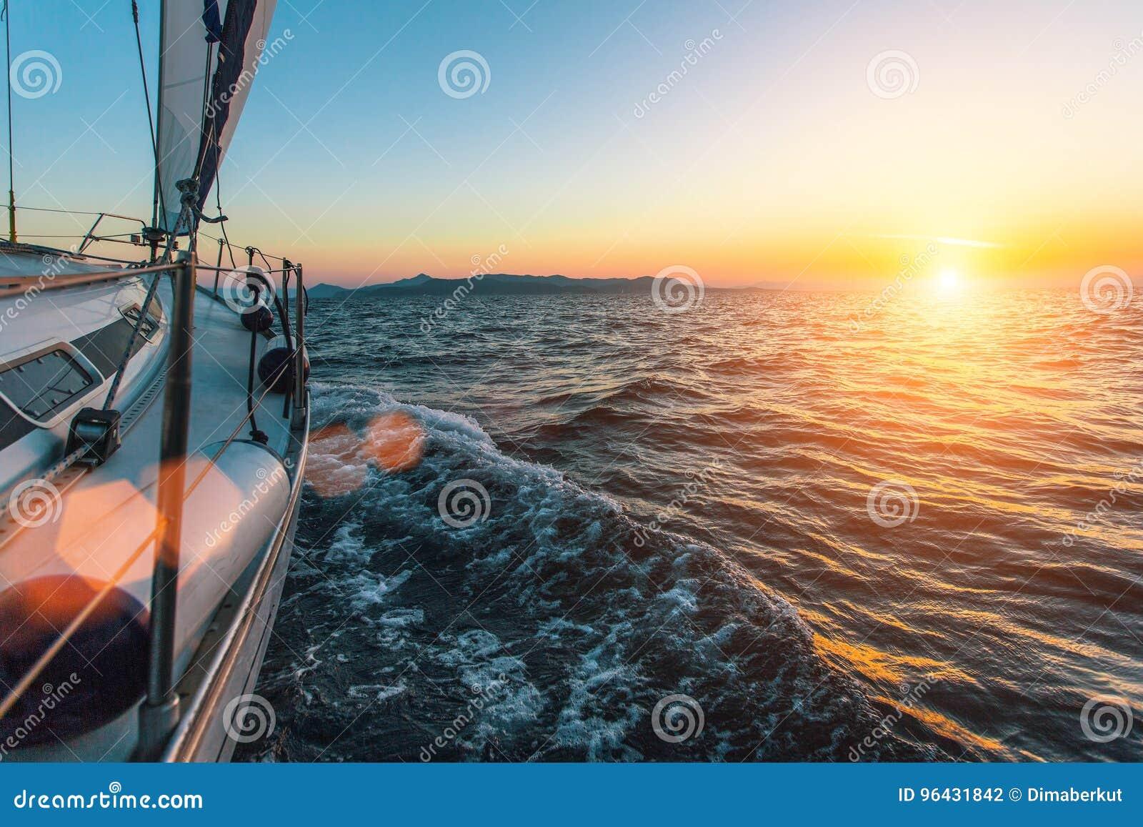 Lyxigt fartyg för yacht för seglingskepp i det Aegean havet under härlig solnedgång Natur
