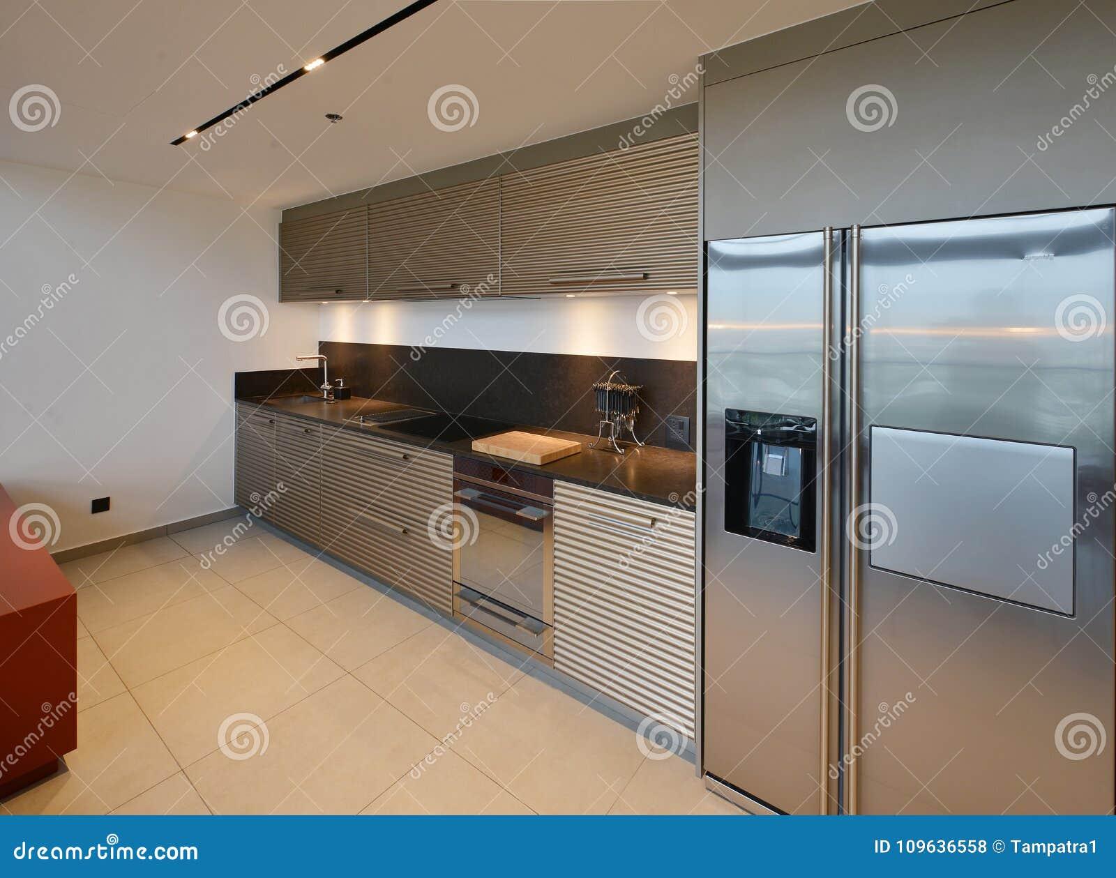 Lyxigt modernt kökområde och garnering på natten på condominiu