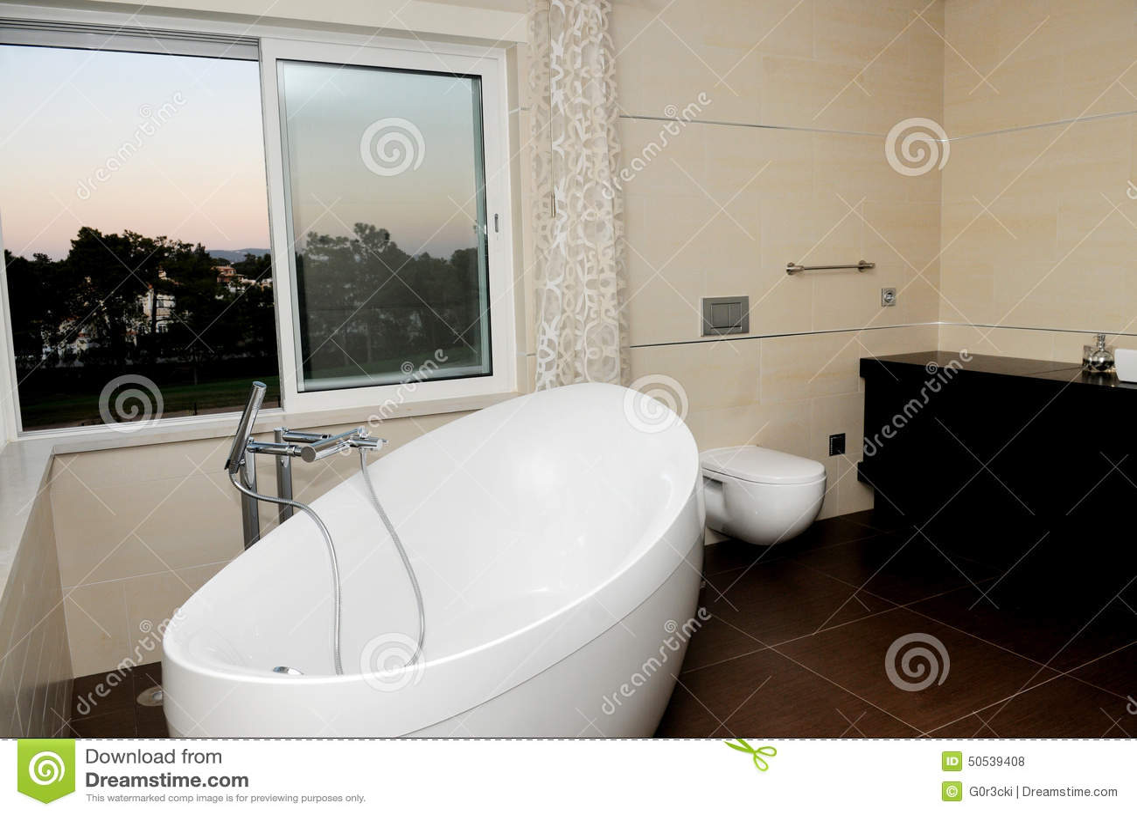 Lyxigt och modernt badrum   vitt badkar arkivfoto   bild: 50539408
