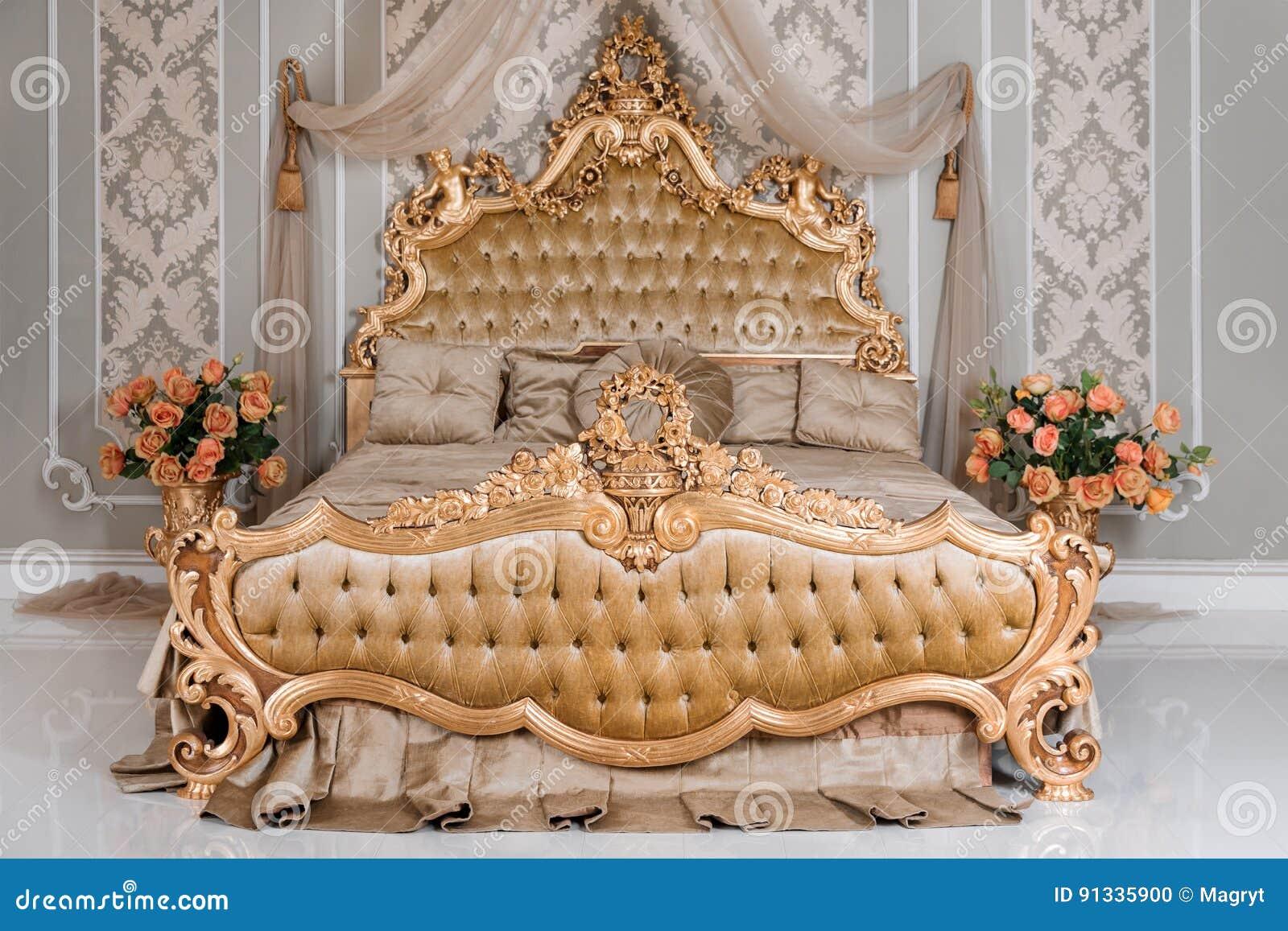 Lyxigt Sovrum I Ljusa Färger Med Guld Möblemangdetaljer Stor Bekväm Dubbel Kunglig Säng I