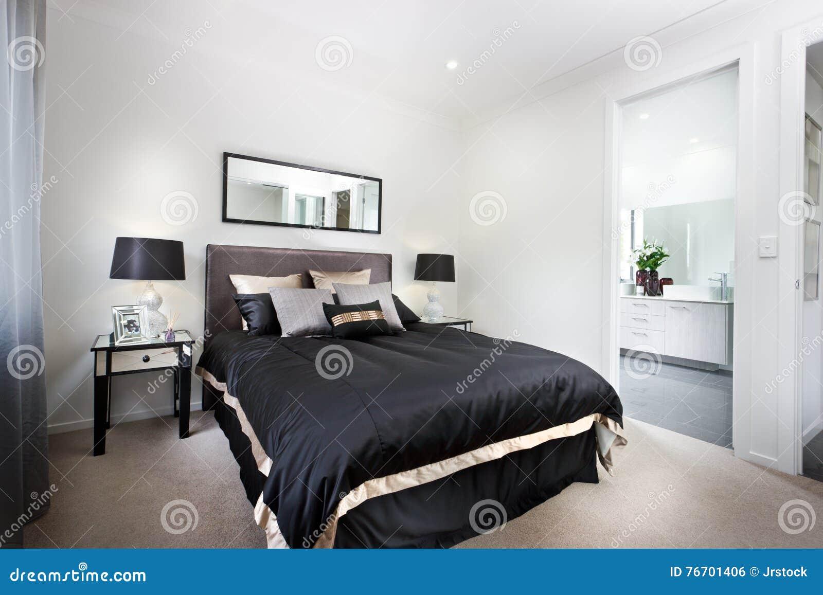 Lyxigt sovrum inklusive svarta duntäcke och toalettingången