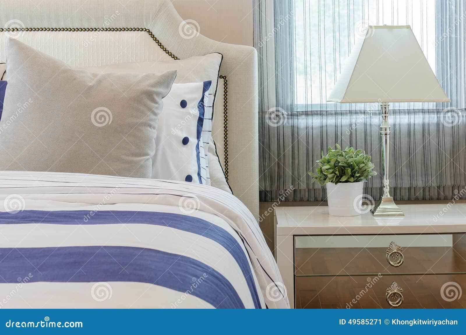 Lyxigt sovrum med växter och lampan på tabellen arkivfoto   bild ...