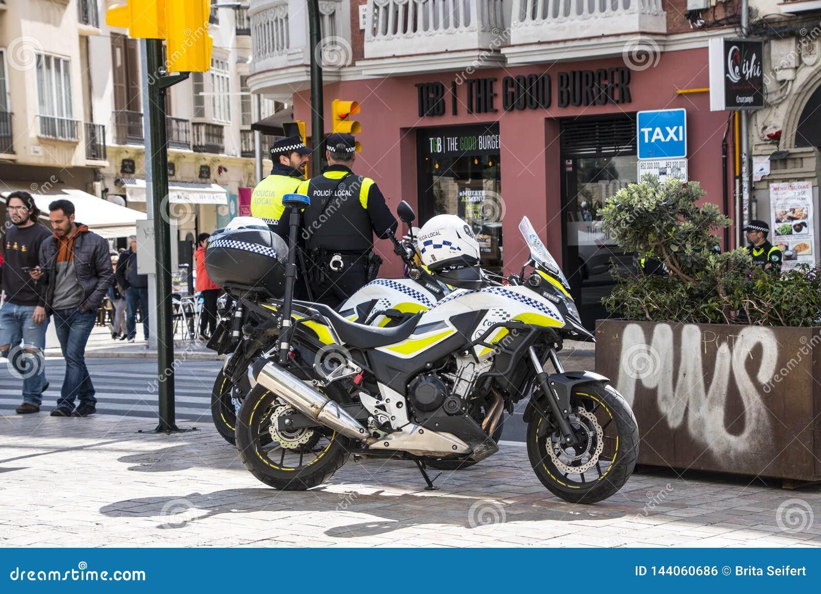 Màlaga, Spanien - 8. März 2019: Städtische Polizei passt das Stadtzentrum gegen den Angriff von Terroristen während des Marsches