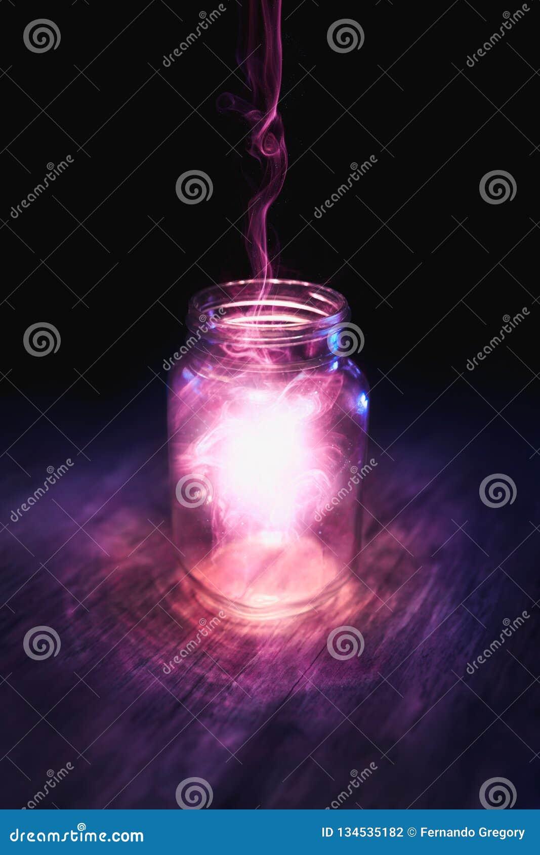 Mágica em um frasco em um fundo escuro