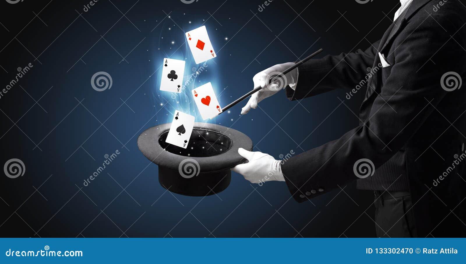 Mágico que faz o truque com os cartões da varinha e de jogo