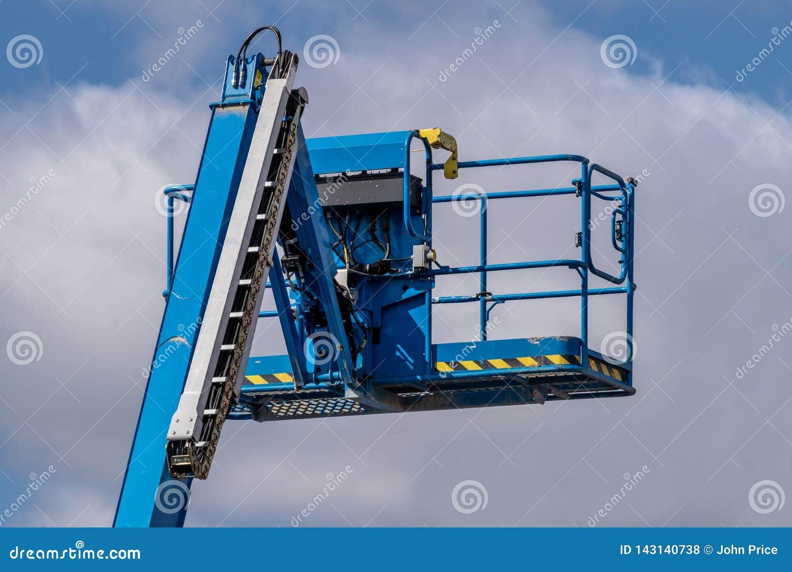 Máquina azul da máquina desbastadora da cereja contra o fundo do céu azul