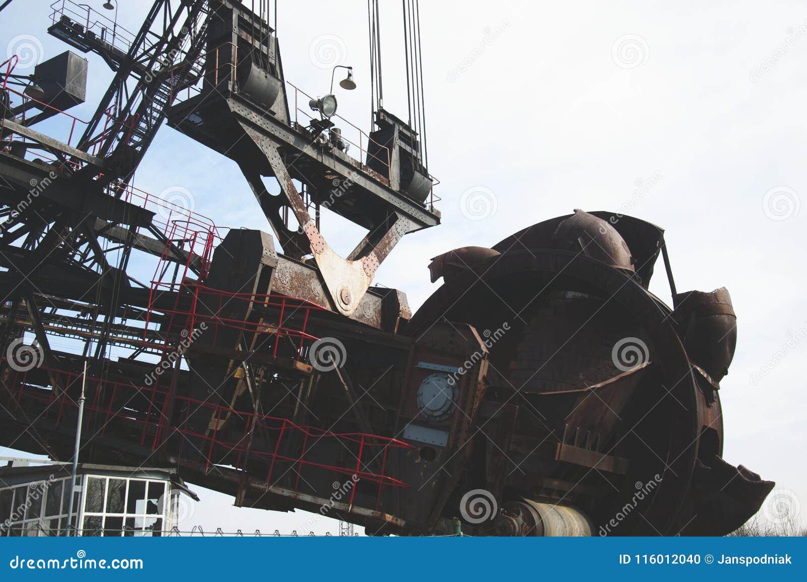 A máquina carbonosa enorme