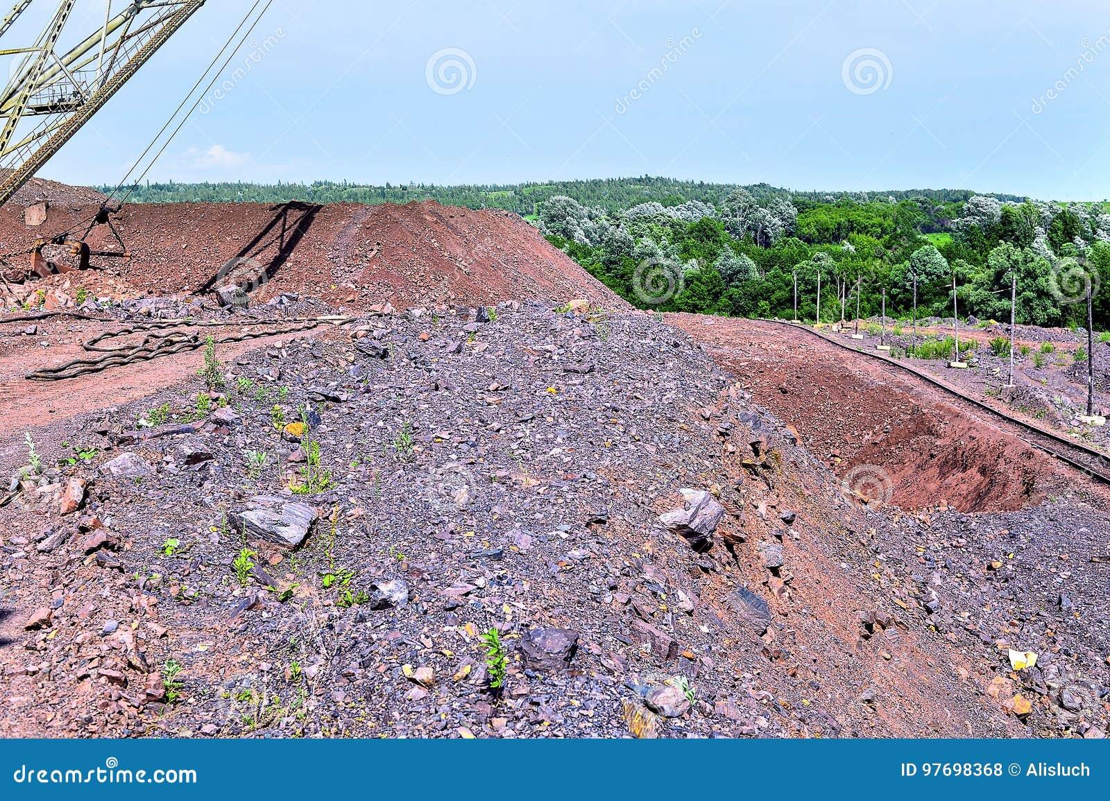 Máquina da máquina escavadora no trabalho do movimento de terras da escavação na pedreira