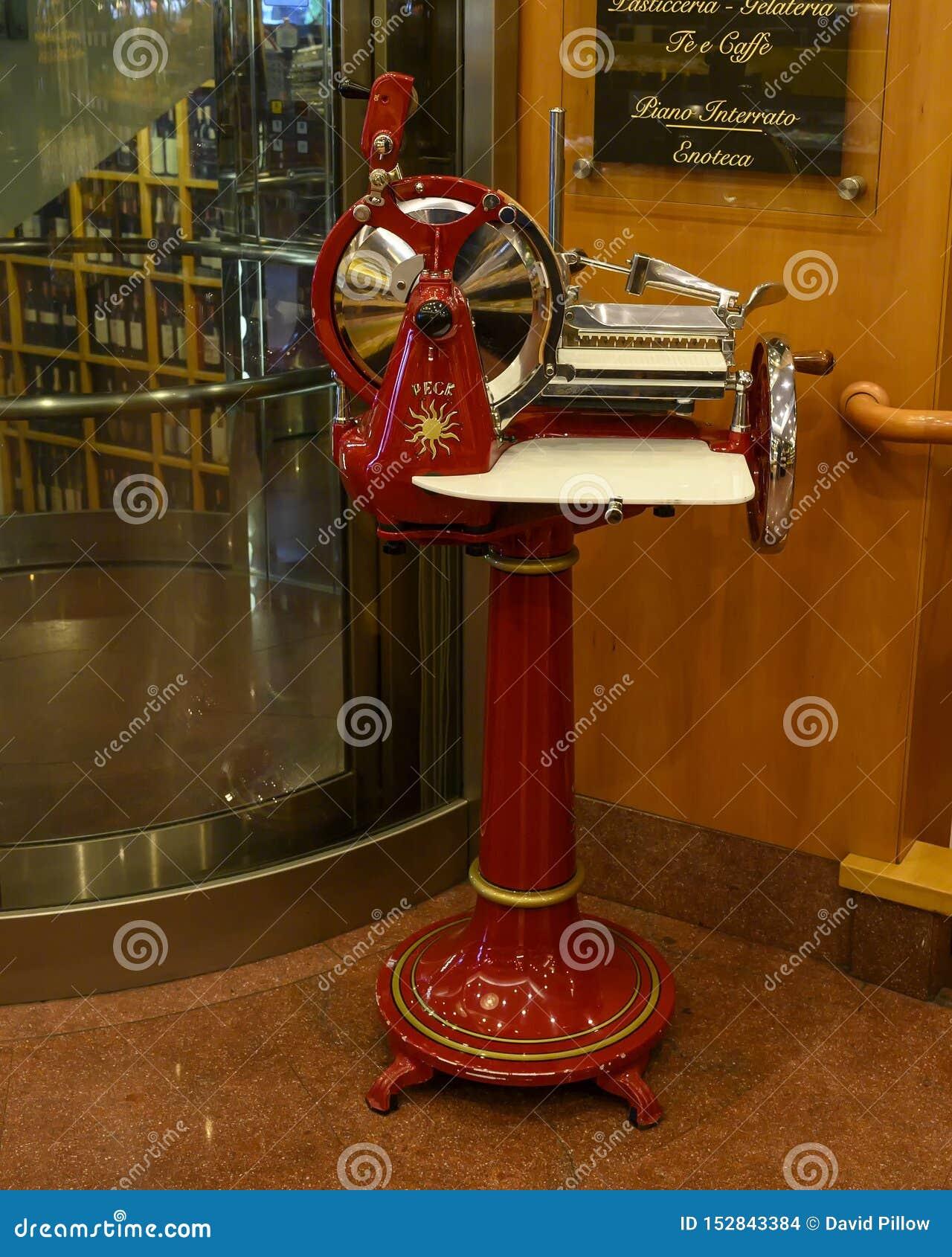 Máquina de corte antiga de Berkel em Peck Restaurant histórico em Milão, Itália