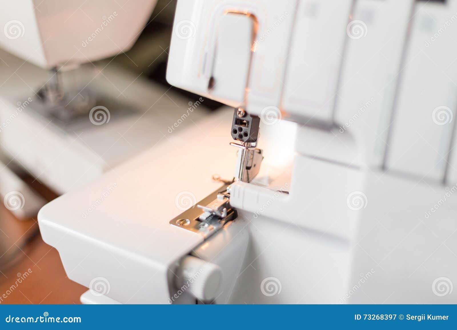 Máquina De Coser De Overlock En El Lugar De Trabajo Imagen de ...