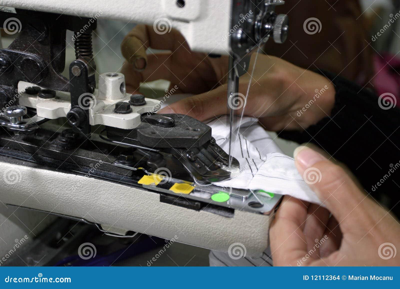 Máquina de costura e mãos